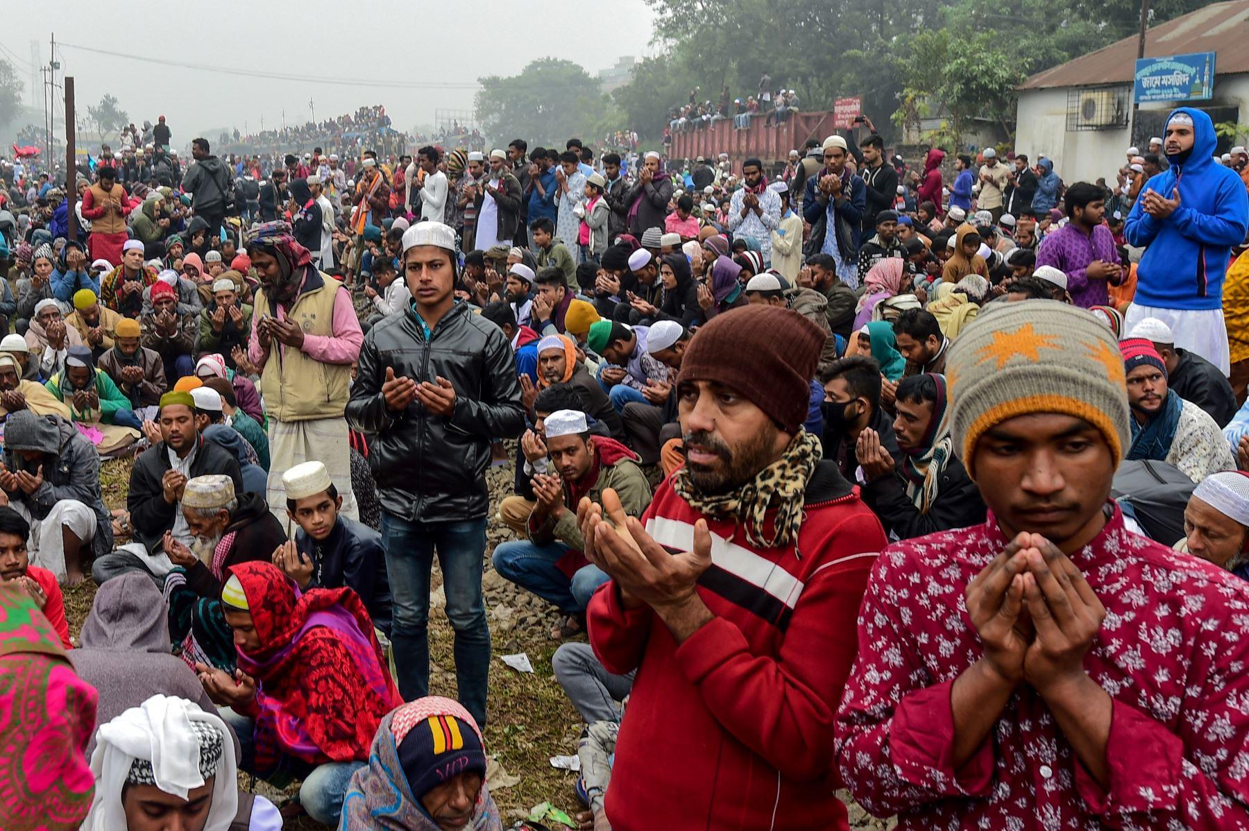 Los devotos musulmanes participan en el Akheri Munajat, o las oraciones finales, durante la reunión anual musulmana