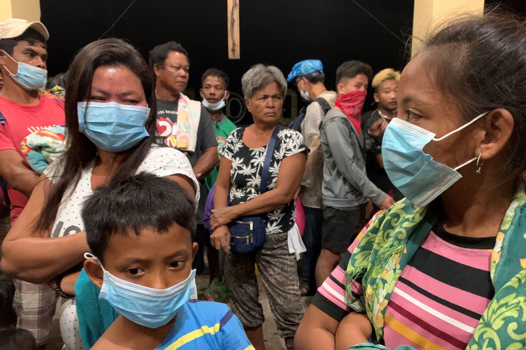 Los aldeanos se refugian dentro de una iglesia durante una erupción del volcán Taal, en Talisay, Batangas, Filipinas. Foto: EFE