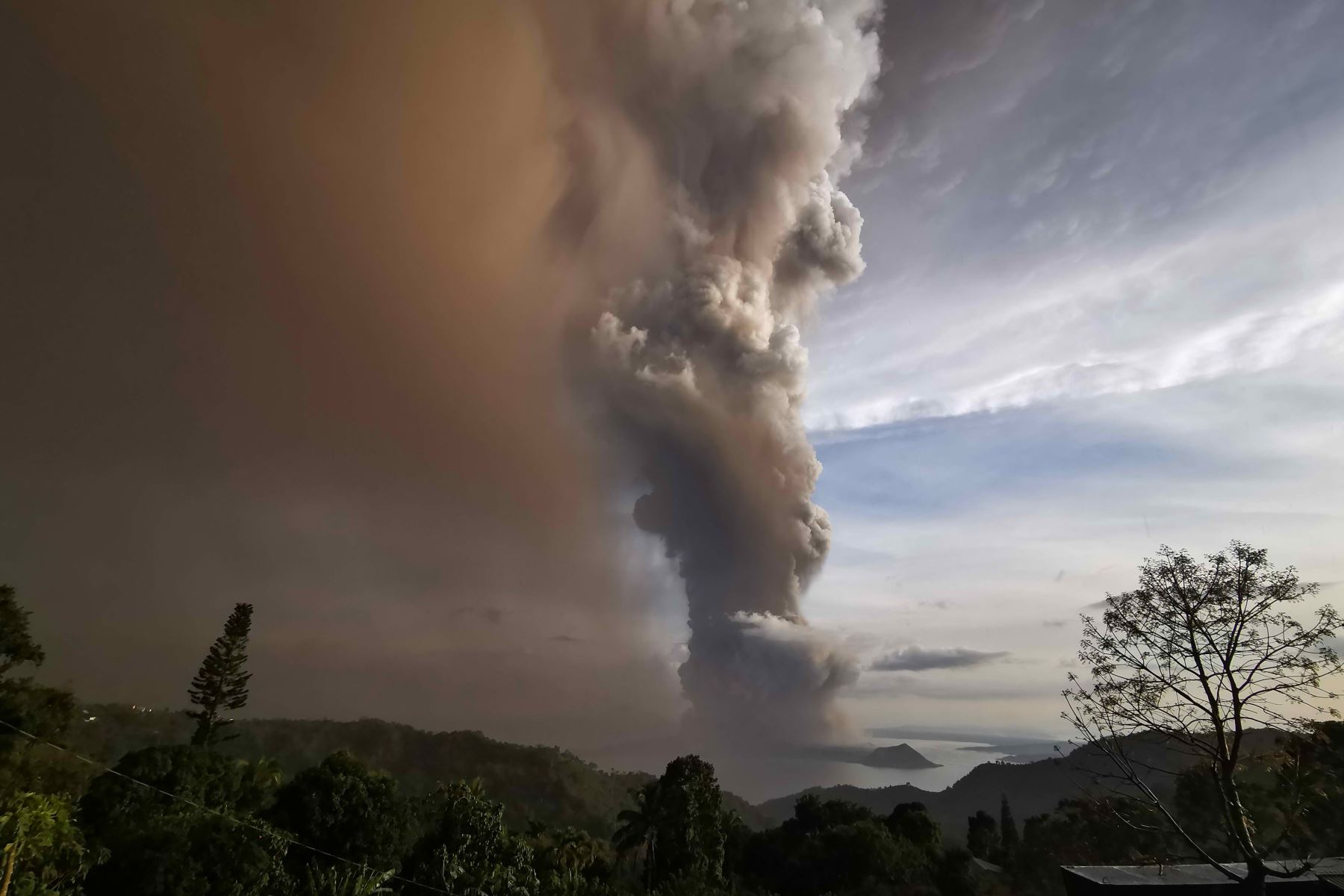 Una columna de cenizas del volcán Taal en erupción se cierne sobre la ciudad de Tagaytay, Filipinas. Foto: EFE