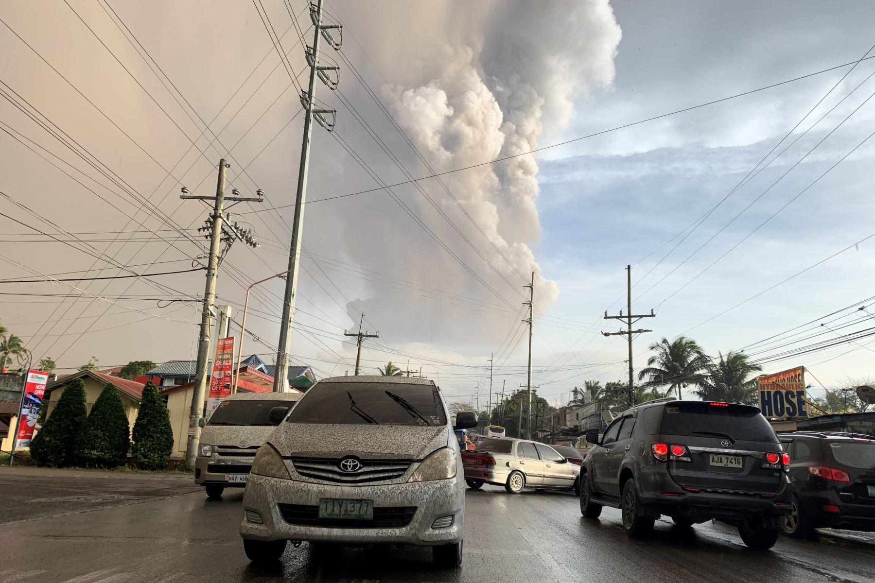 Una columna de cenizas del volcán Taal en erupción se cierne sobre la ciudad de Tagaytay, Filipinas. Foto: AFP