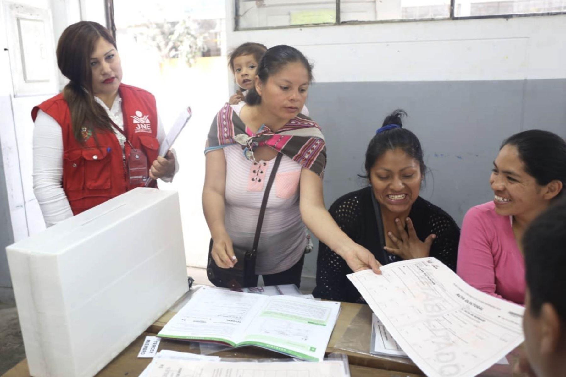El JNE fiscaliza la primera jornada de capacitación a miembros de mesa, titulares y suplentes, que realiza la ONPE en 2900 locales de votación habilitados en todo el país para las Elecciones Congresales Extraordinarias 2020.  Foto: Difusión JNE