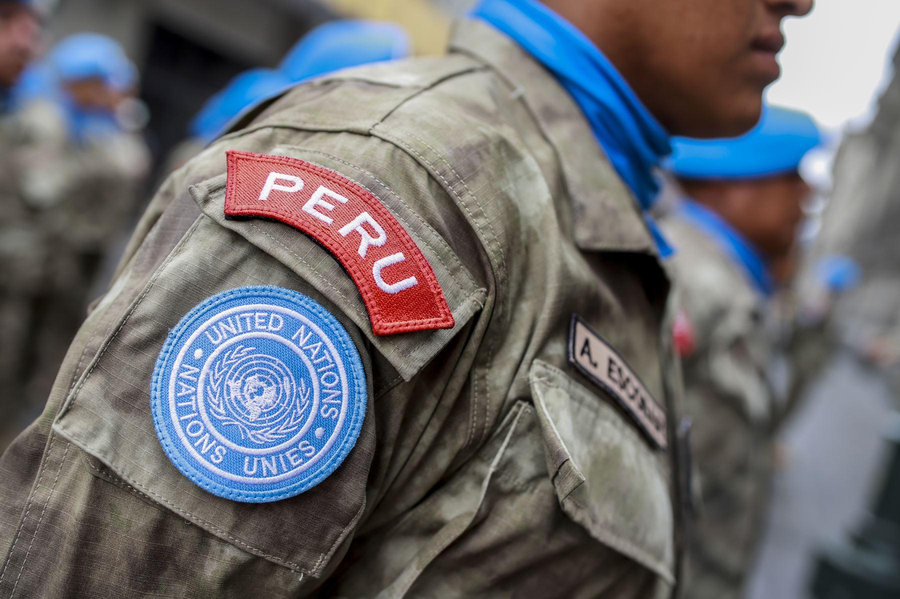 Hace 10 años, los cascos azules peruanos acudieron a Haití para prestar ayuda y auxilio a las personas afectadas por el terremoto que azotó ese país. Hoy, en homenaje a su labor participan del cambio de guardia en el Patio de Honor de Palacio de Gobierno. Foto: ANDINA/Prensa Presidencia