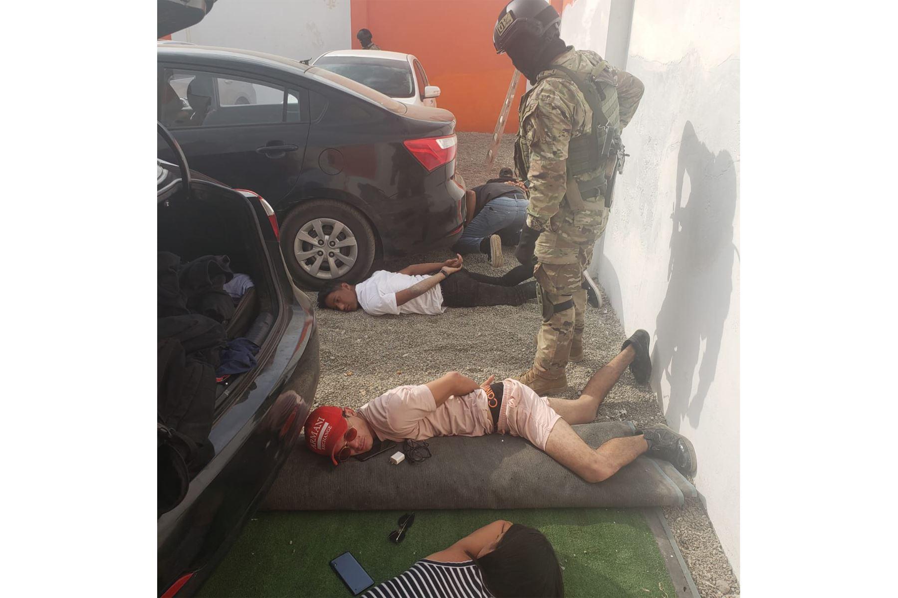 En Punta Negra, agentes de la Dirincri y SUAT de la  intervinieron a unos 30 extranjeros en el Hotel Rojo, lugar usado como búnker para planear atracos. Operación continúa. Hasta el momento, se incautó 10 armas y 3 vehículos. Foto: ANDINA/Difusión