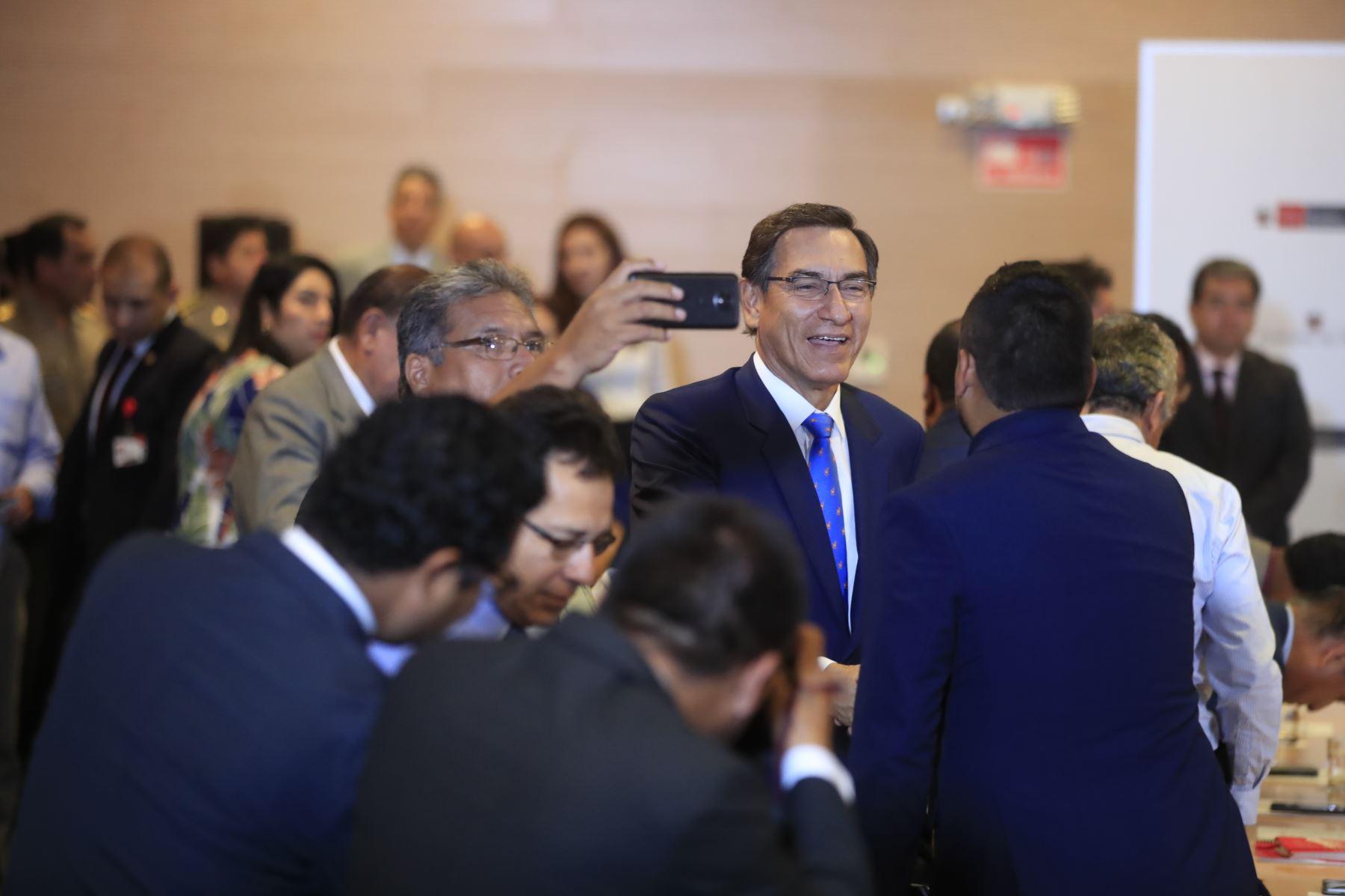 El presidente Martín Vizcarra participa en una reunión de trabajo entre el Ejecutivo y representantes de la Asociación de Municipalidades del Perú (AMPE). Foto: ANDINA/Juan Carlos Guzmán