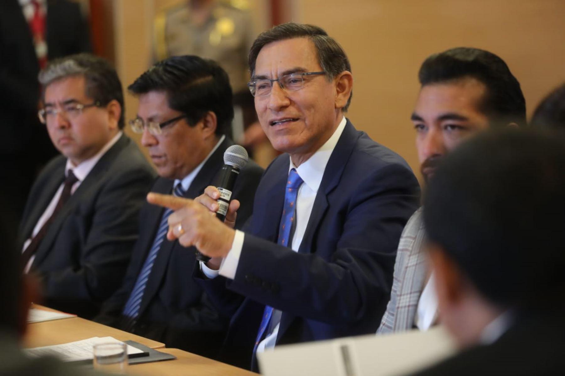 El presidente Martín Vizcarra participa en una reunión de trabajo entre el Ejecutivo y representantes de la Asociación de Municipalidades del Perú (AMPE). Foto: ANDINA/ Prensa Presidencia
