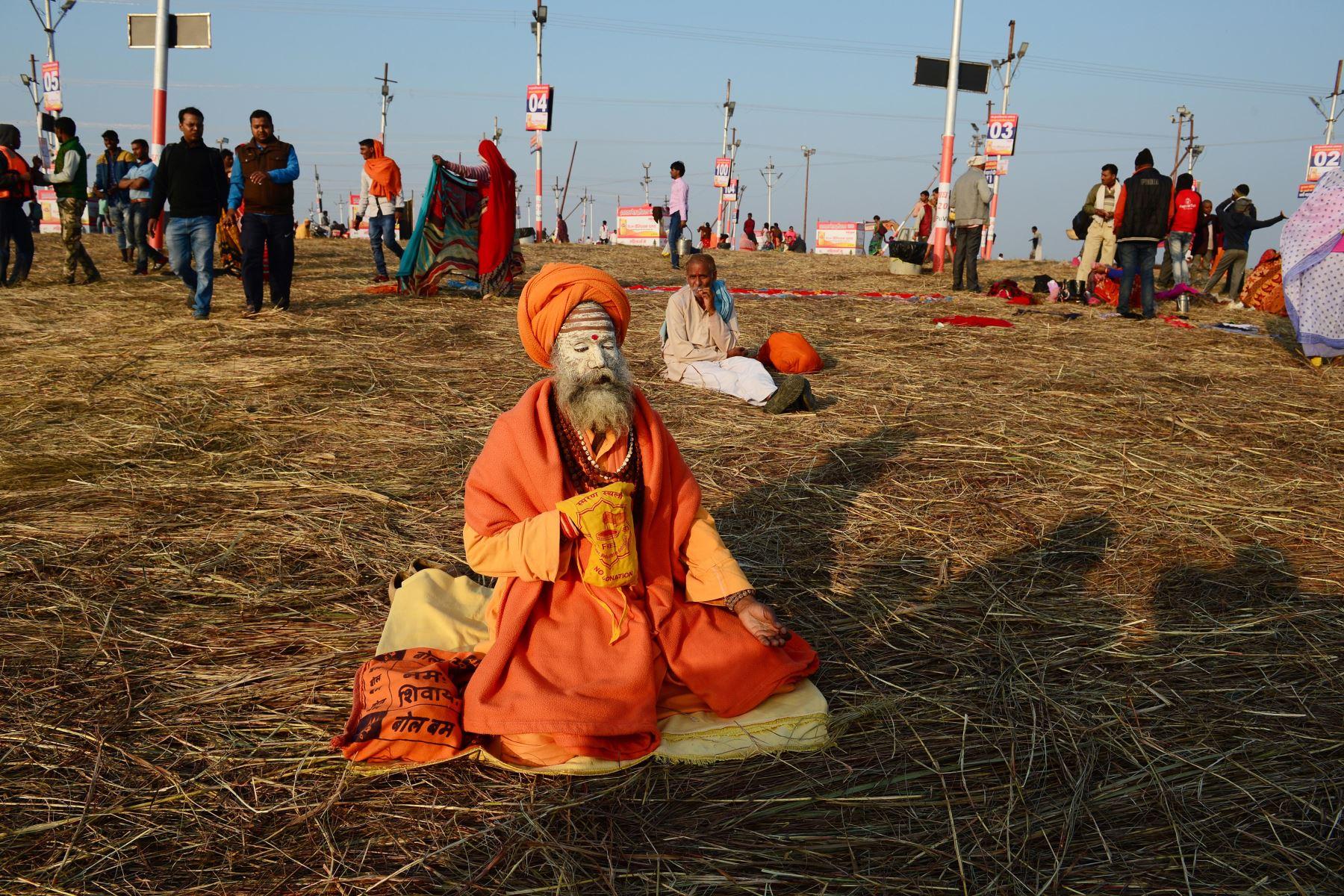 Un sadhu (hombre santo hindú) realiza oraciones vespertinas en el Sangam. Foto: AFP