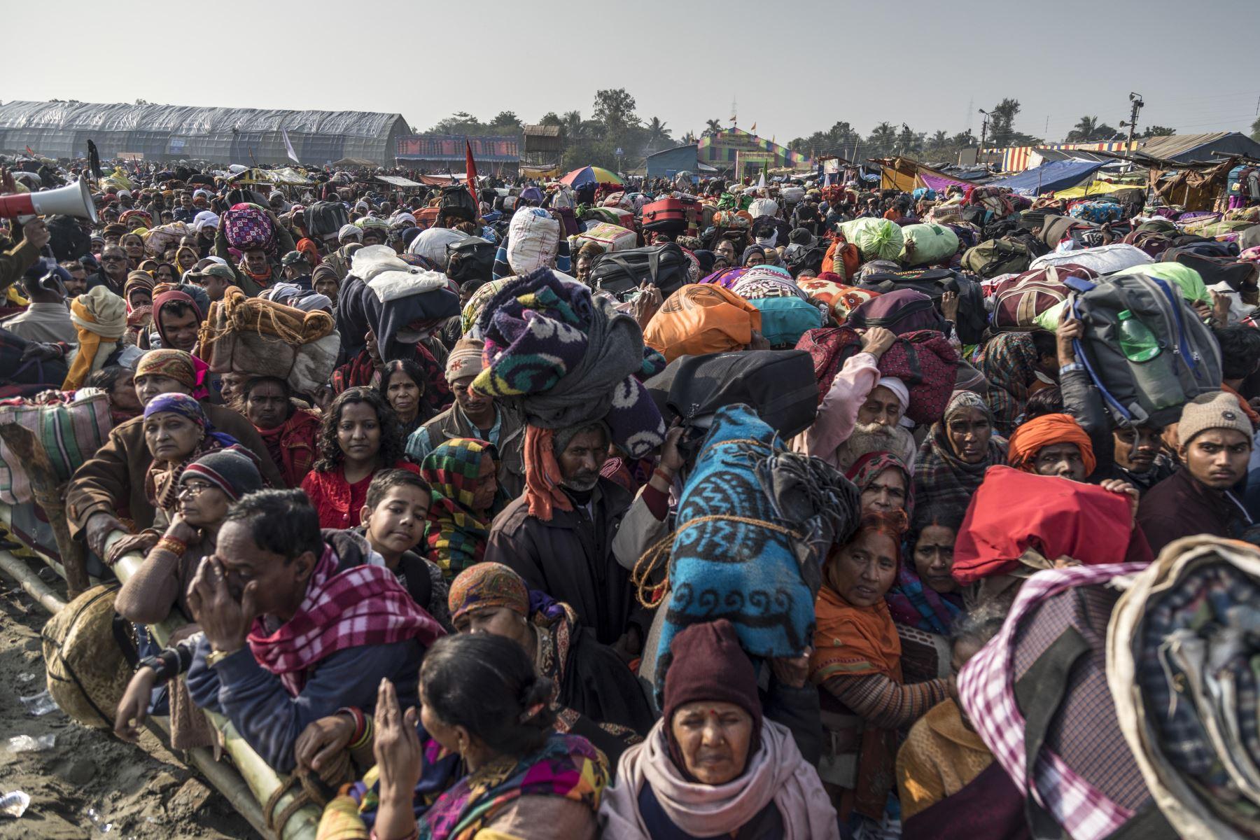 Devotos hindúes esperan para abordar los ferrys con destino a la isla Sagar para asistir a Gangasagar Mela, a unos 90 kilómetros al sur de Calcuta. Foto: AFP