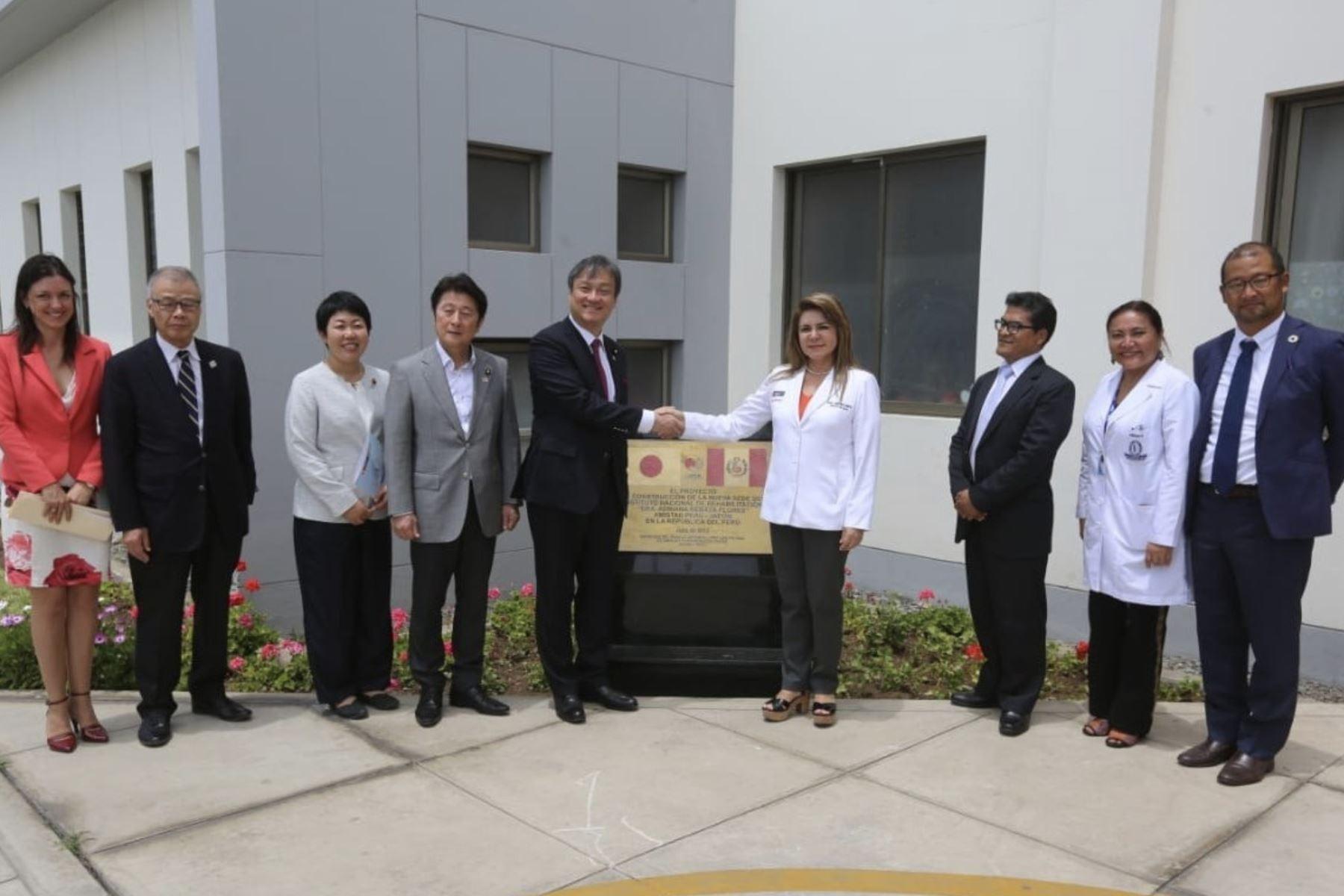 Ministra de Salud, Elizabeth Hinostroza se reúne con el embajador del Japón en Perú, Sadayuki Tsuchiya, y una delegación de senadores del país asiático en las instalaciones del Instituto Nacional de Rehabilitación (INR). Foto: Difusión Ministerio de Salud