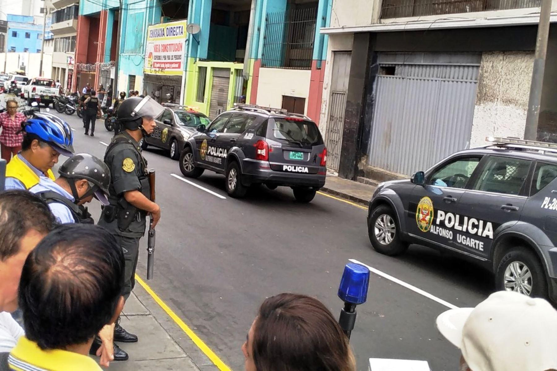 Policía rodea local de fonavistas en el centro de Lima que fue invadido por un grupo de sujetos. Foto: ANDINA/@hbvirgo