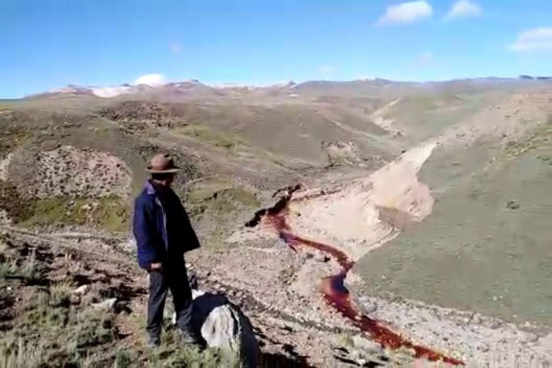 Autoridades de la Fiscalía Especializada en Materia Ambiental de Huancayo y de la ANA intervienen ante emergencia ambiental por vertimiento de aguas ácidas. Foto: Pedro Tinoco