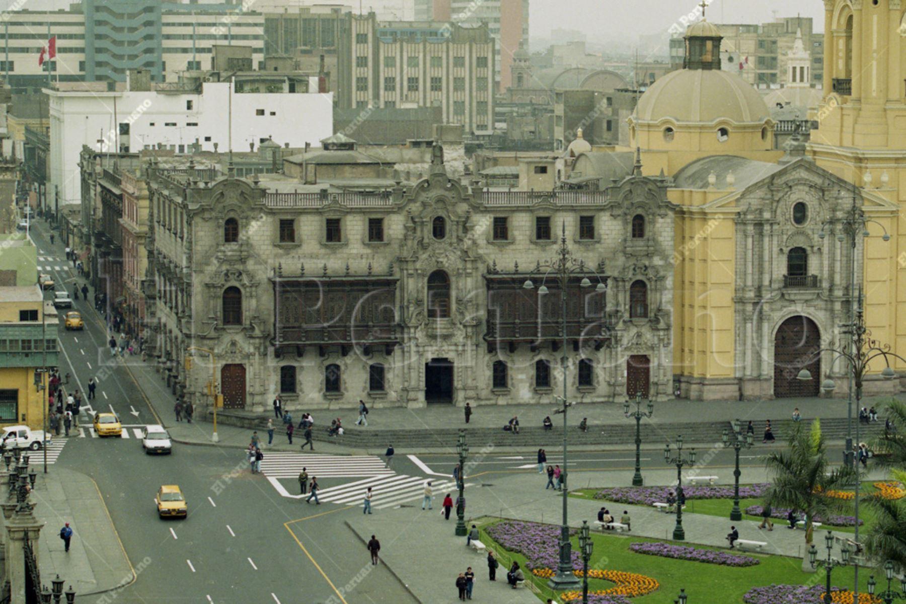 Lima - 27 octubre 1999 / Vista del Palacio Arzobispal en la Plaza de Armas. Recuperación del Centro Histórico de Lima. Foto: ANDINA/Archivo El Peruano