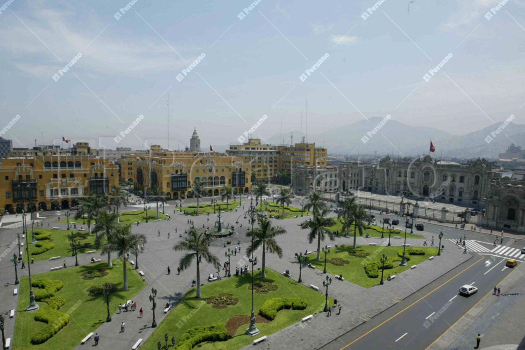 Lima - 20 marzo 2006 / Vista panorámica de la Plaza de Armas de Lima. Lima moderna. Foto: Archivo El Peruano