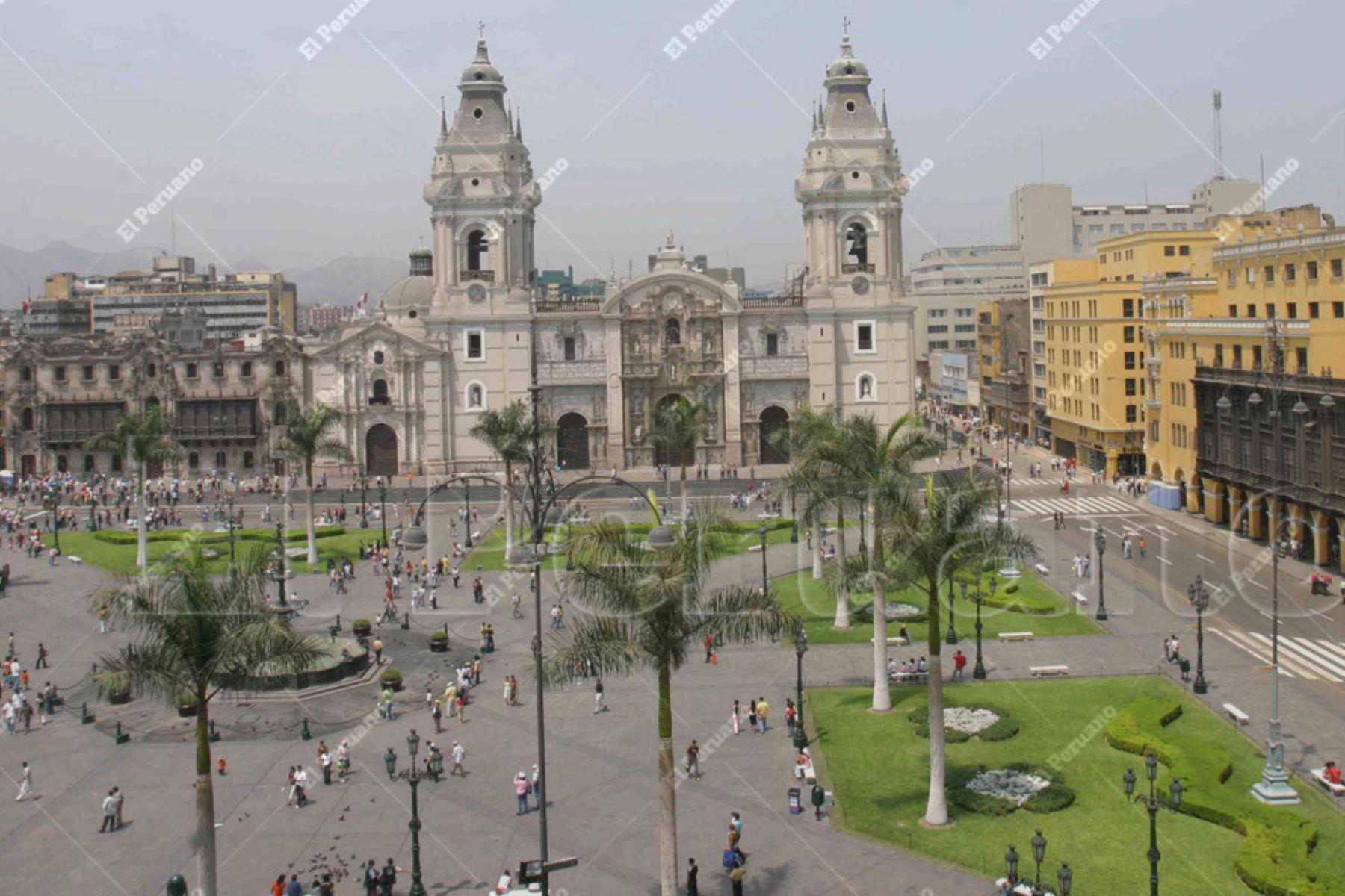 Lima - 07 abril 2007 / Vista panorámica de la Plaza de Armas de Lima, frontis de la Catedral de Lima y fachada de la Municipalidad de Lima. Foto: Archivo El Peruano