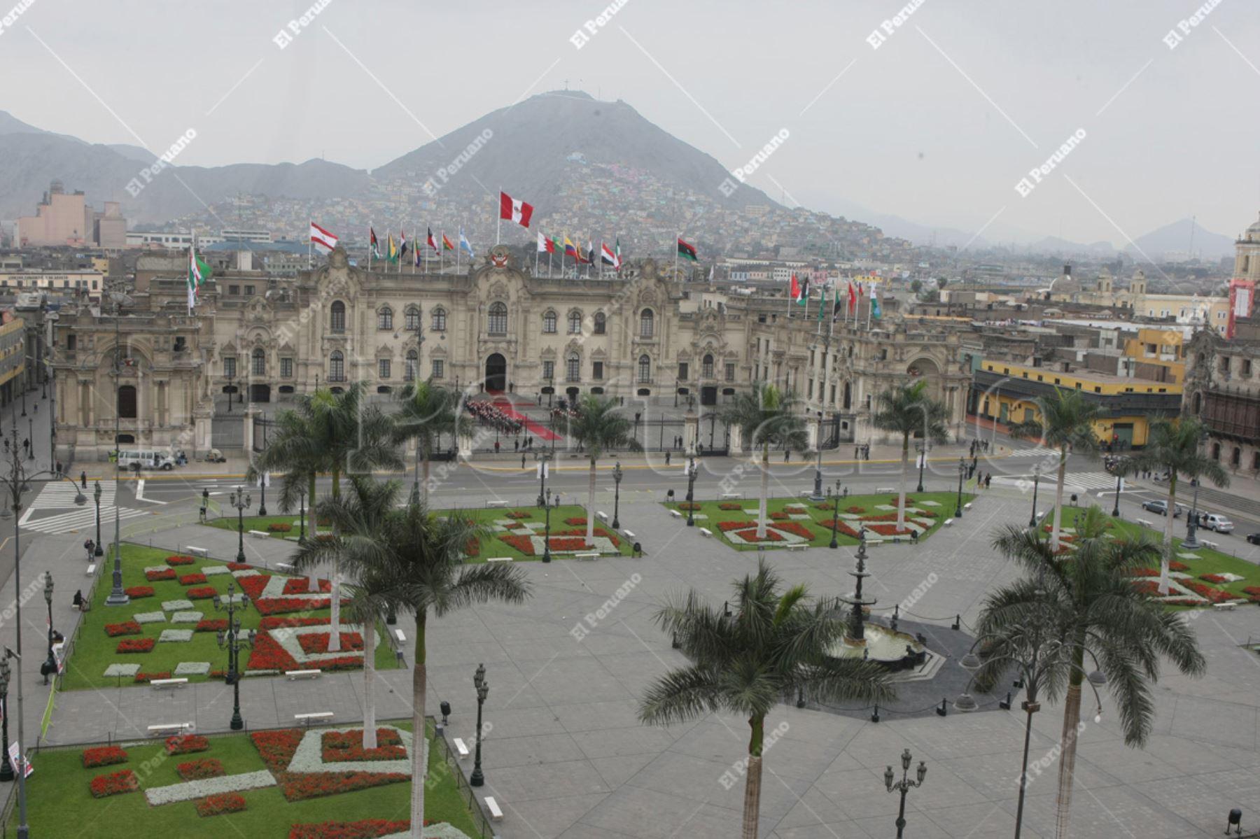 Lima - 01 octubre 2012 / vista panoramica de la Plaza de Armas de Lima, y las banderas de países participantes en el frontis del palacio de gobierno por la  III Cumbre de Jefes de Estado y de Gobierno de America del Sur y países Arabes ASPA. Foto: Archivo El Peruano