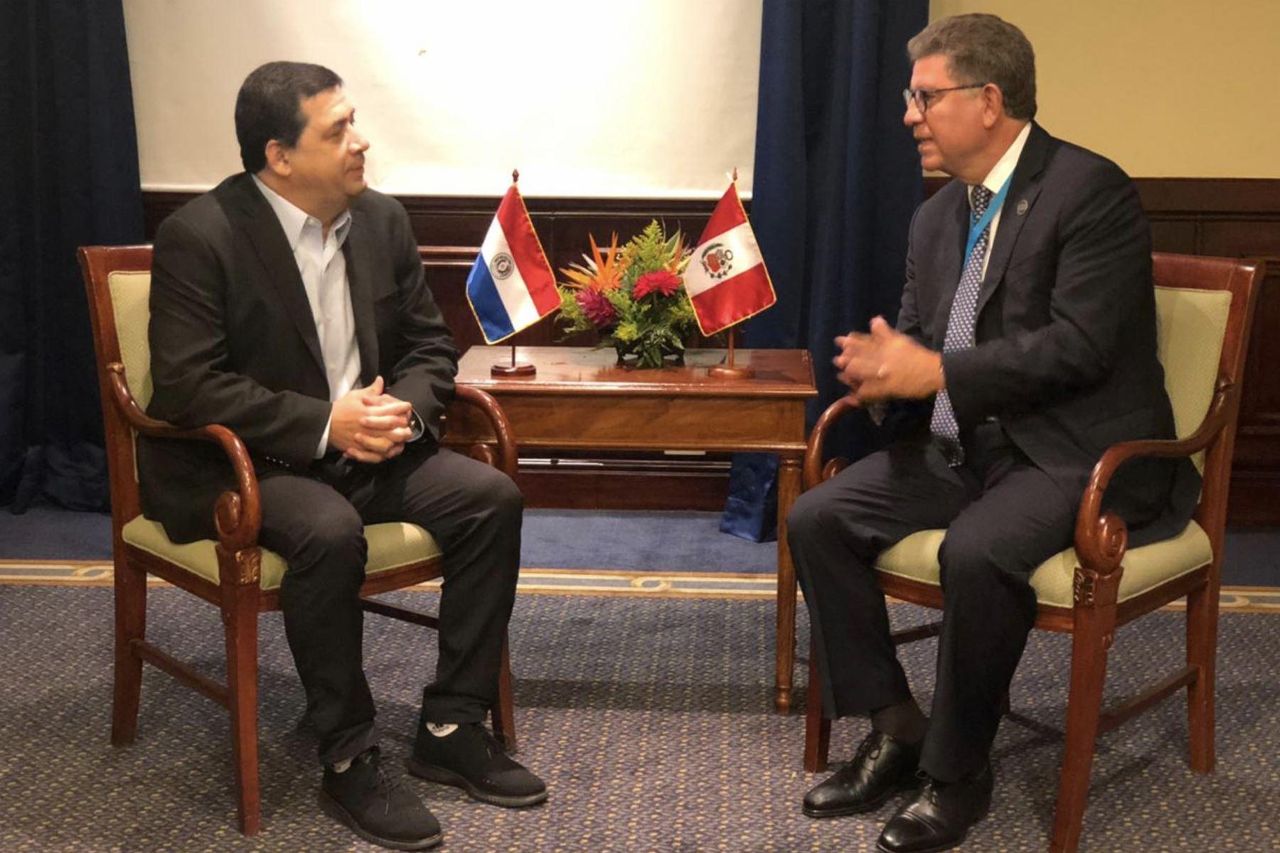 El canciller Gustavo Meza-Cuadra se reunió con el vicepresidente de Paraguay, Hugo Velásquez. Foto: Difusión.