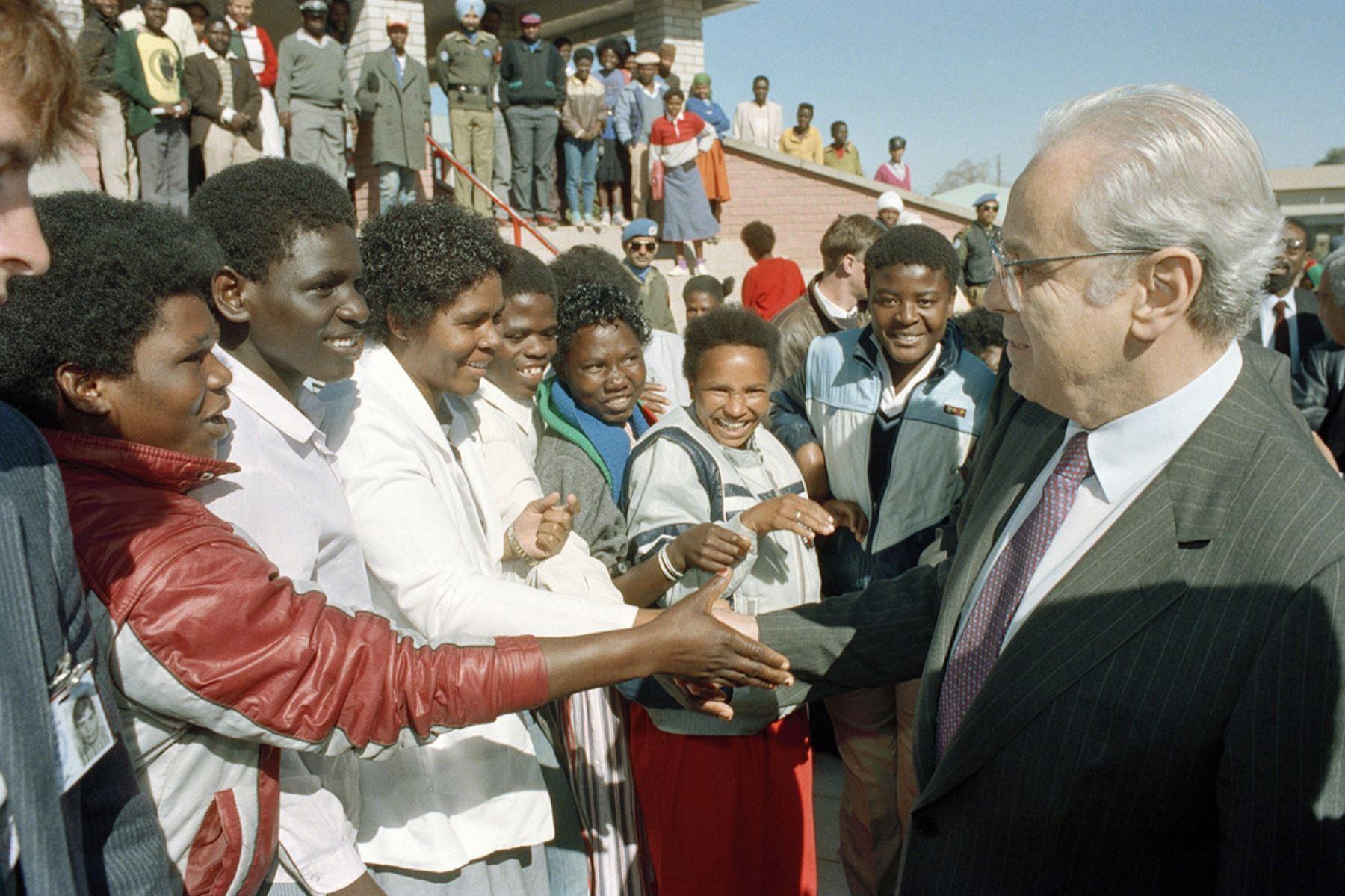 Windhoek, Namibia - 1 julio 1989 / El secretario general de las Naciones Unidas, Javier Pérez de Cuéllar, estrechando la mano con los residentes de Katatura, un municipio negro de Windhoek. El Secretario General visitó el Centro de Distrito de Katatura del UNTAG como parte de su gira por las operaciones de UNTAG en Namibia.  Foto: Naciones Unidas