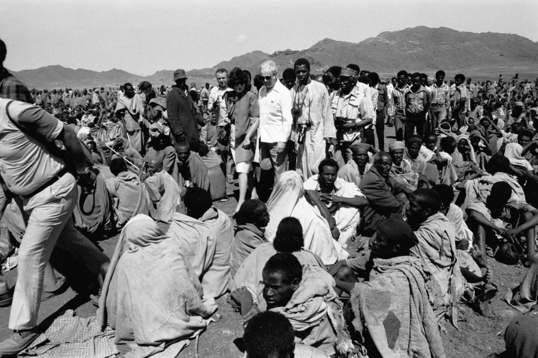Korem, Etiopía - 9 noviembre 1984 / Javier Pérez de Cuéllar, secretario general de las Naciones Unidas, y su esposa Marcela Pérez de Cuéllar, visitan a los damnificados de la sequía de Korem, centro de una de las zonas más afectadas, donde miles de personas se reúnen todos los días para recibir Comida y ayuda médica. Foto: Naciones Unidas