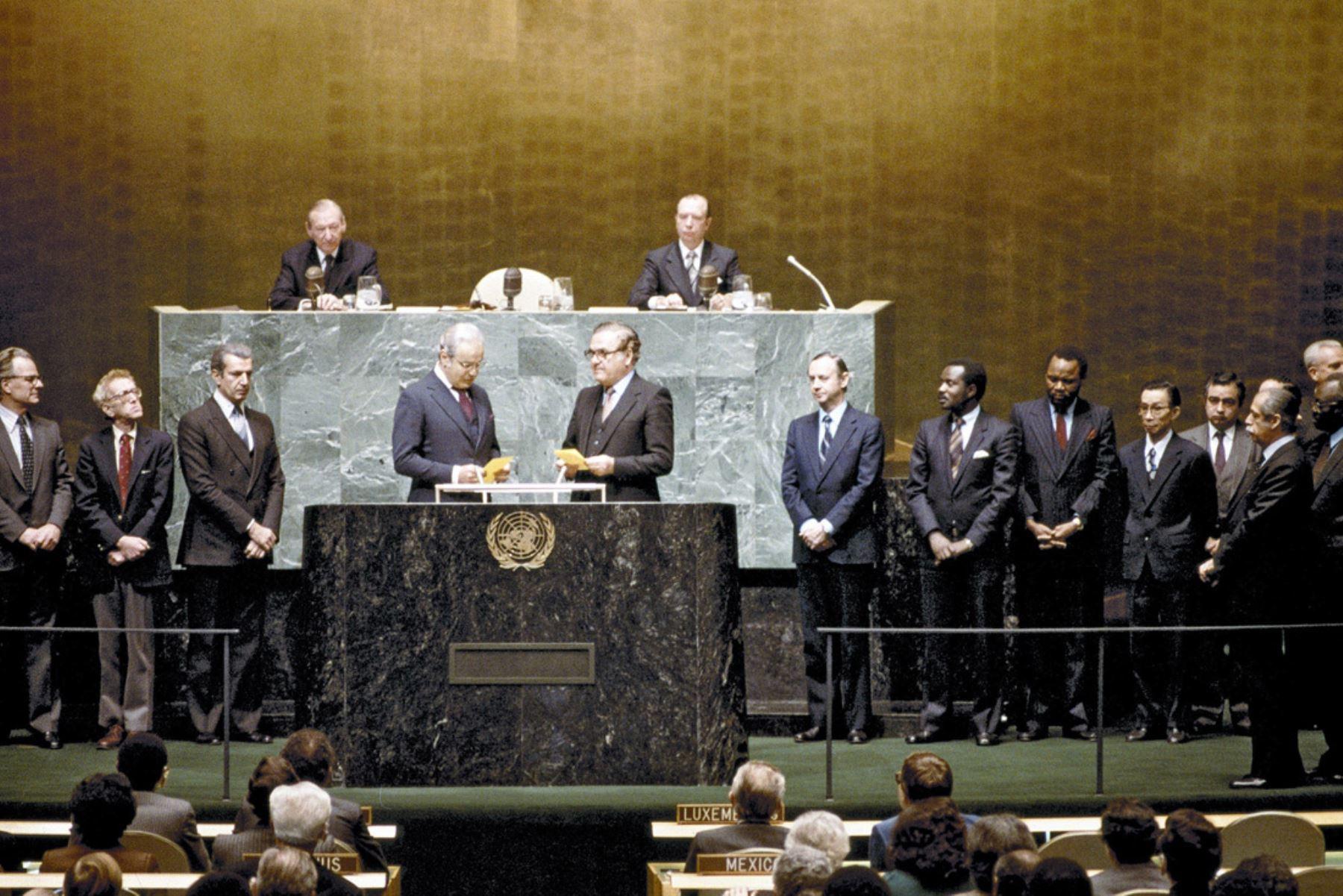 Naciones Unidas, Nueva York - 15 diciembre 1981 / Ismat T. Kittani (Iraq), Presidente del trigésimo sexto período de sesiones de la Asamblea General, toma juramento al embajador peruano Javier Pérez de Cuéllar como nuevo secretario general de las Naciones Unidas. Foto: Naciones Unidas