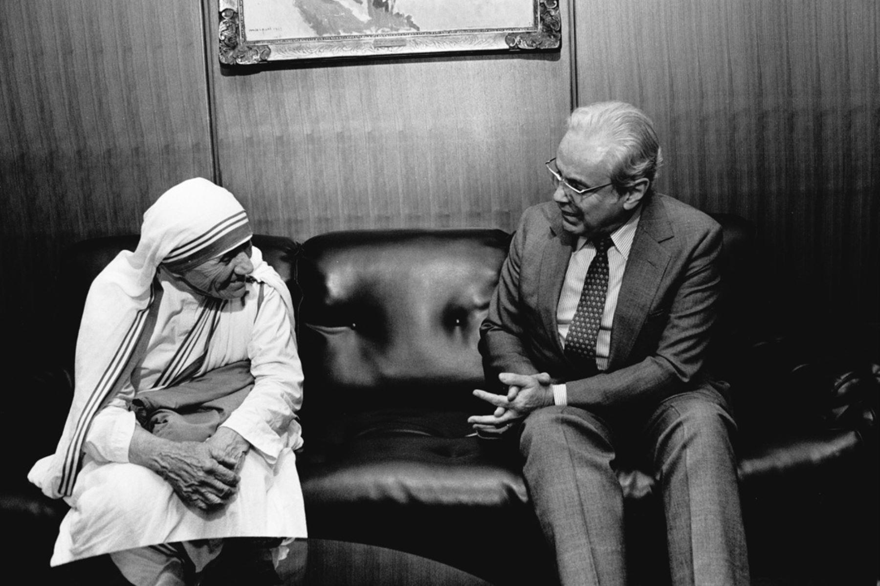 Naciones Unidas, Nueva York - 26 octubre1985 / Javier Pérez de Cuéllar, secretario general de las Naciones Unidas, se reúne con la Madre Teresa de Calcuta, de la Orden de las Misioneras de la Caridad. Foto: Naciones Unidas