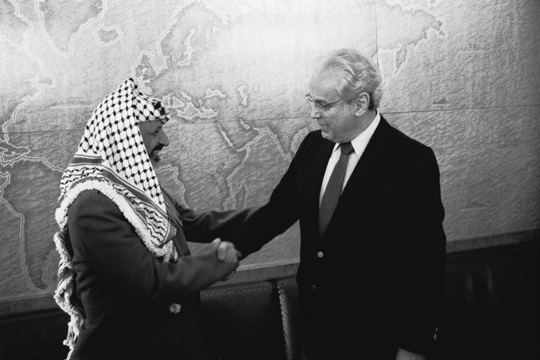 Ginebra, Suiza - 27  junio 1988 / Javier Pérez de Cuéllar, secretario general de las Naciones Unidas, se reúne en Ginebra con Yasser Arafat, presidente de la Autoridad Palestina y líder de la Organización para la Liberación de Palestina. Foto: Naciones Unidas