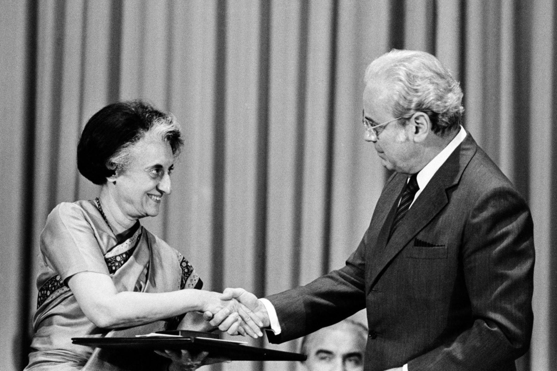 Naciones Unidas, Nueva York - 30 setiembre 1983 / El secretario general de la ONU, Javier Pérez de Cuéllar, entregó hoy el Premio de la ONU para la Población a la primera ministra de la India, Indira Gandhi. Foto: Naciones Unidas
