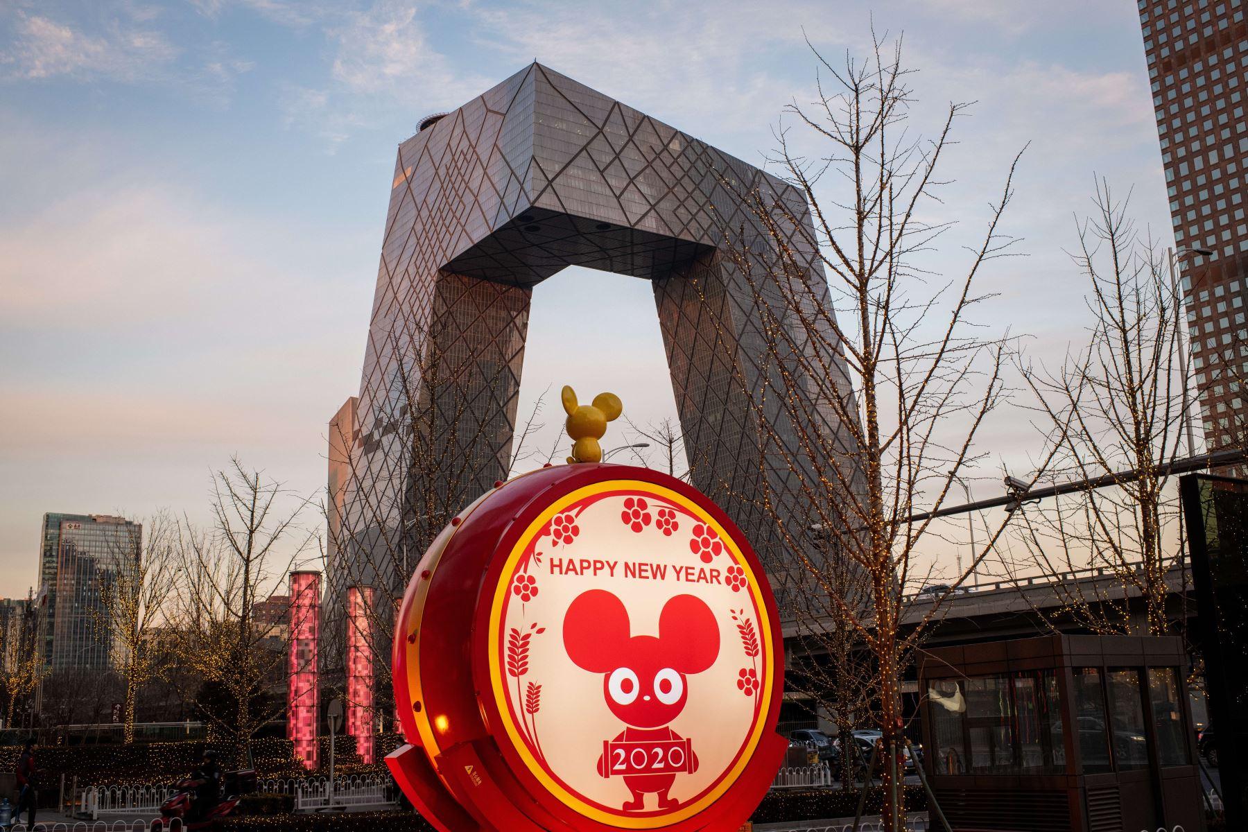 Se ve una pantalla decorativa cerca del edificio de la Televisión Central de China (CCTV) en Beijing, antes del Año Nuevo Lunar de la Rata. Foto: AFP