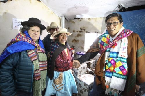 El presidente del Consejo, Vicente Zeballos visita el  centro poblado Hornobamba para inspeccionar las obras en el proyecto MiAbrigo