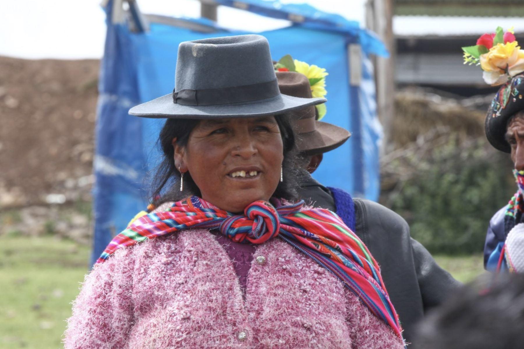 El presidente del Consejo, Vicente Zeballos llegan al  centro poblado Hornobamba para inspeccionar las obras en el proyecto MiAbrigo en el que favorece a las familias en situación de pobreza y pobreza extrema. Foto:Difusión Midis