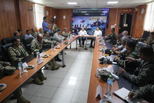El ministro de Defensa y el titular del Ministerio del Interior  se reúnen con personal  de las FF.AA destacado en el VRAEM