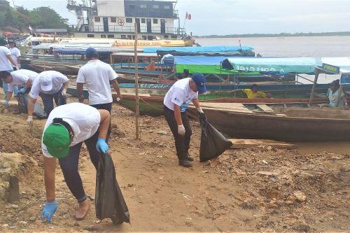Voluntarios recolectan más de dos toneladas de residuos sólidos de la ribera del río Ucayali, en región Ucayali. ANDINA/Difusión
