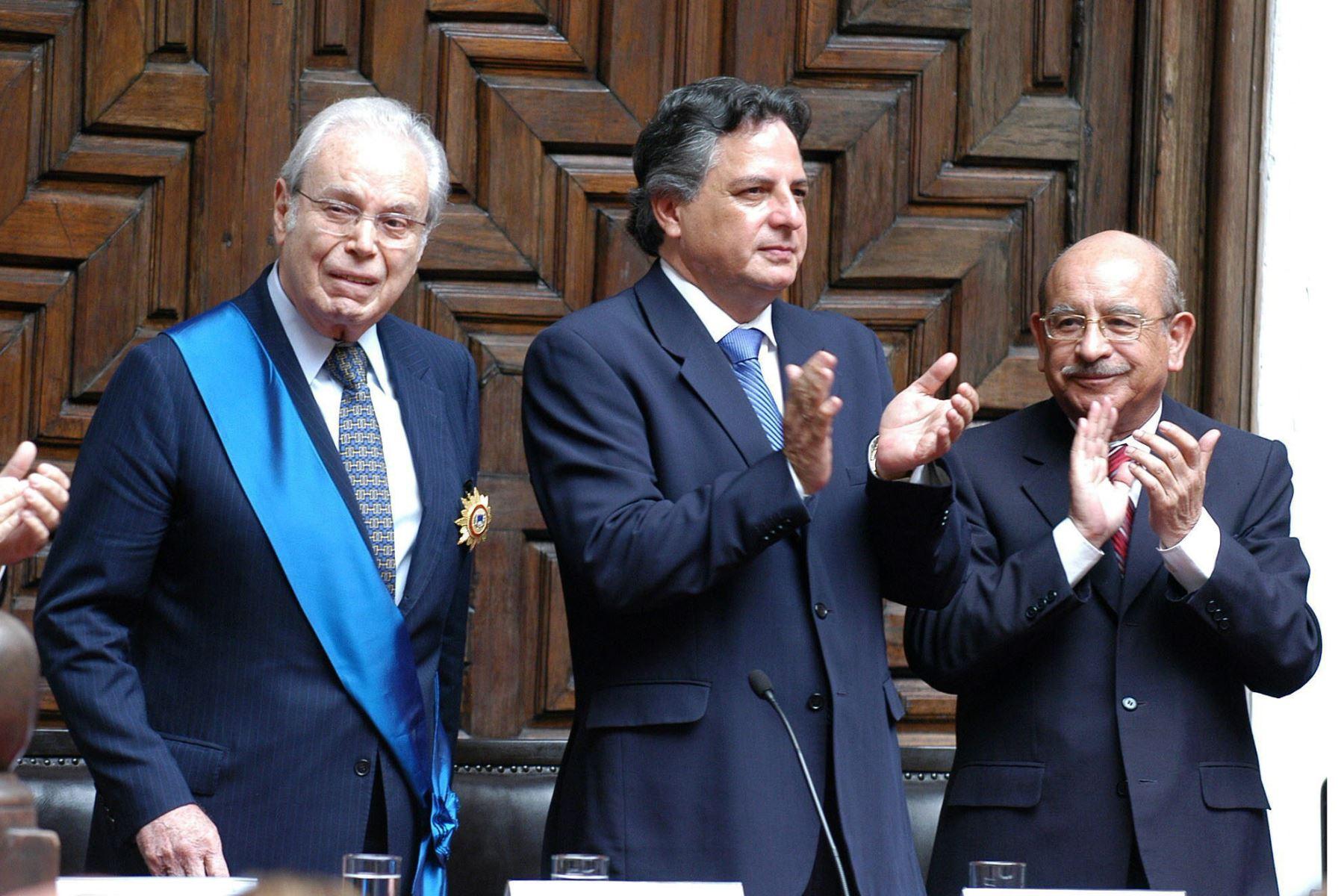 Javier Perez de Cuellar  junto al Canciller Manuel RodrIguez Cuadros y Valentin Paniagua  durante la condecoración que se le hiciera en la Cancillería. FOTO: Archivo El Peruano