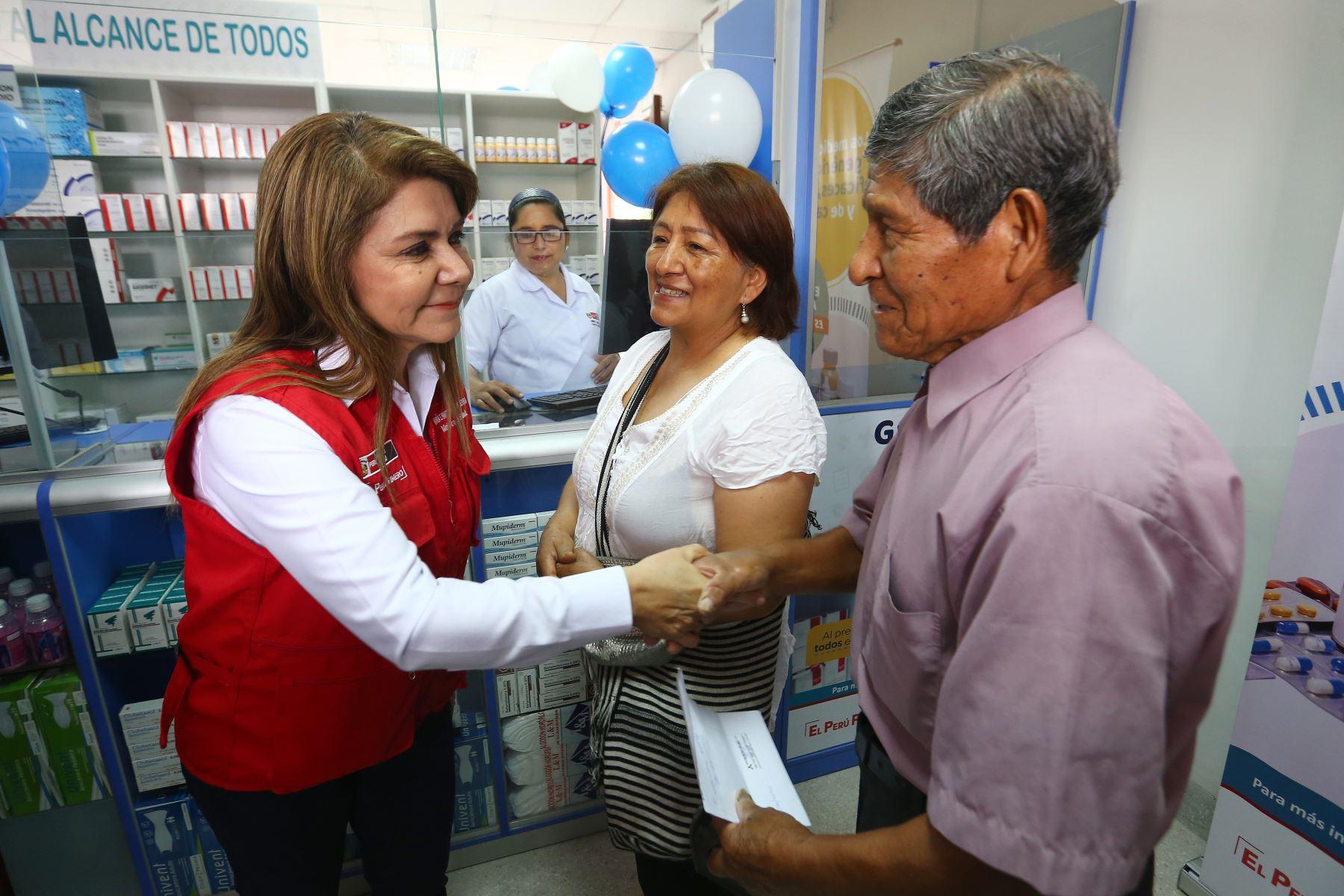 La ministra de Salud Elizabeth Hinostroza, saluda al primer paciente que acude a Farmadiris, la farmacia en El Agustino que venderá solo medicamentos genéricos. ANDINA/Héctor Vinces