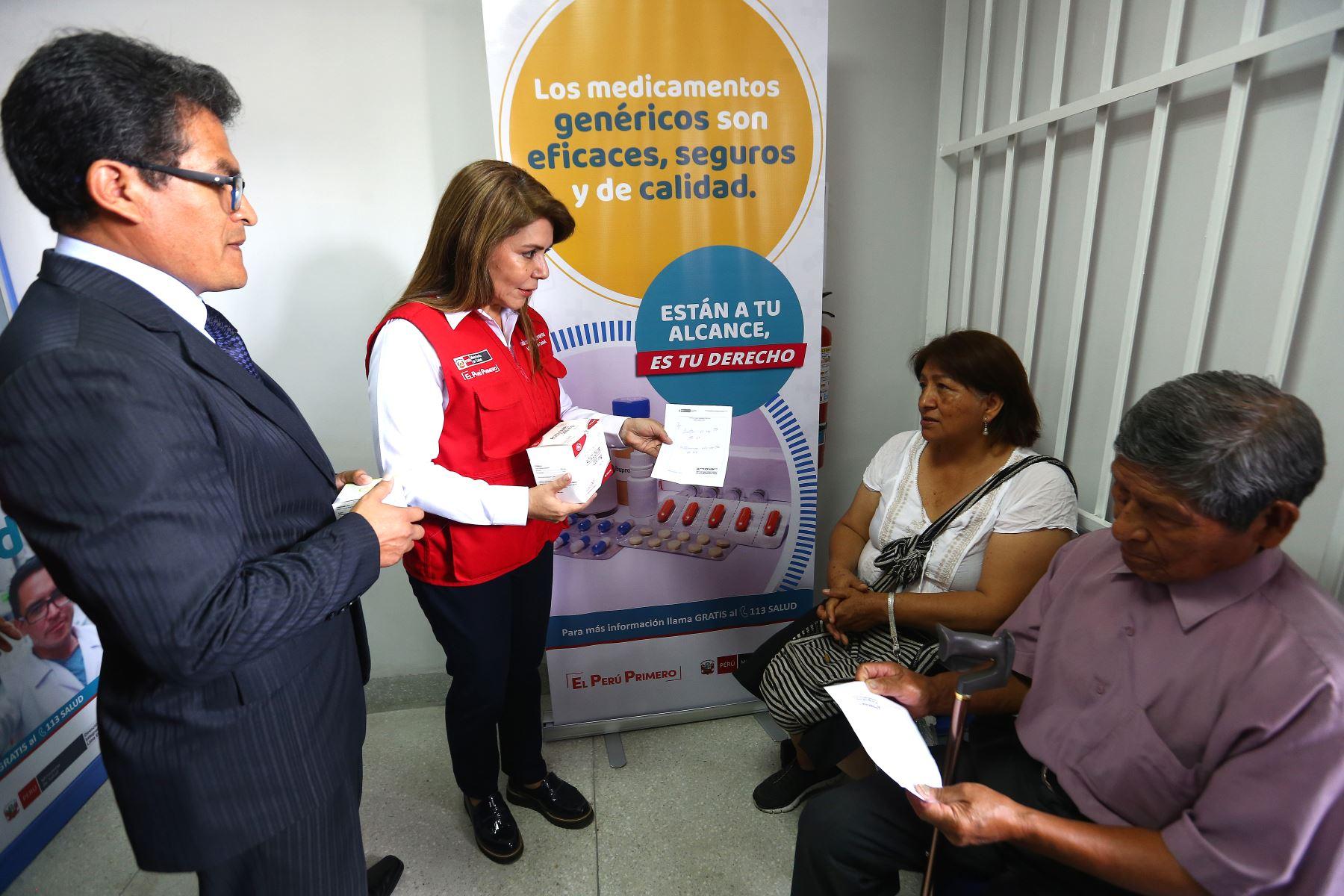 """Ministra de Salud  Elizabeth Hinostroza, inaugura en el Agustino, Farmacia institucional """"FARMADIRIS"""".Foto:ANDINA/Héctor Vinces."""