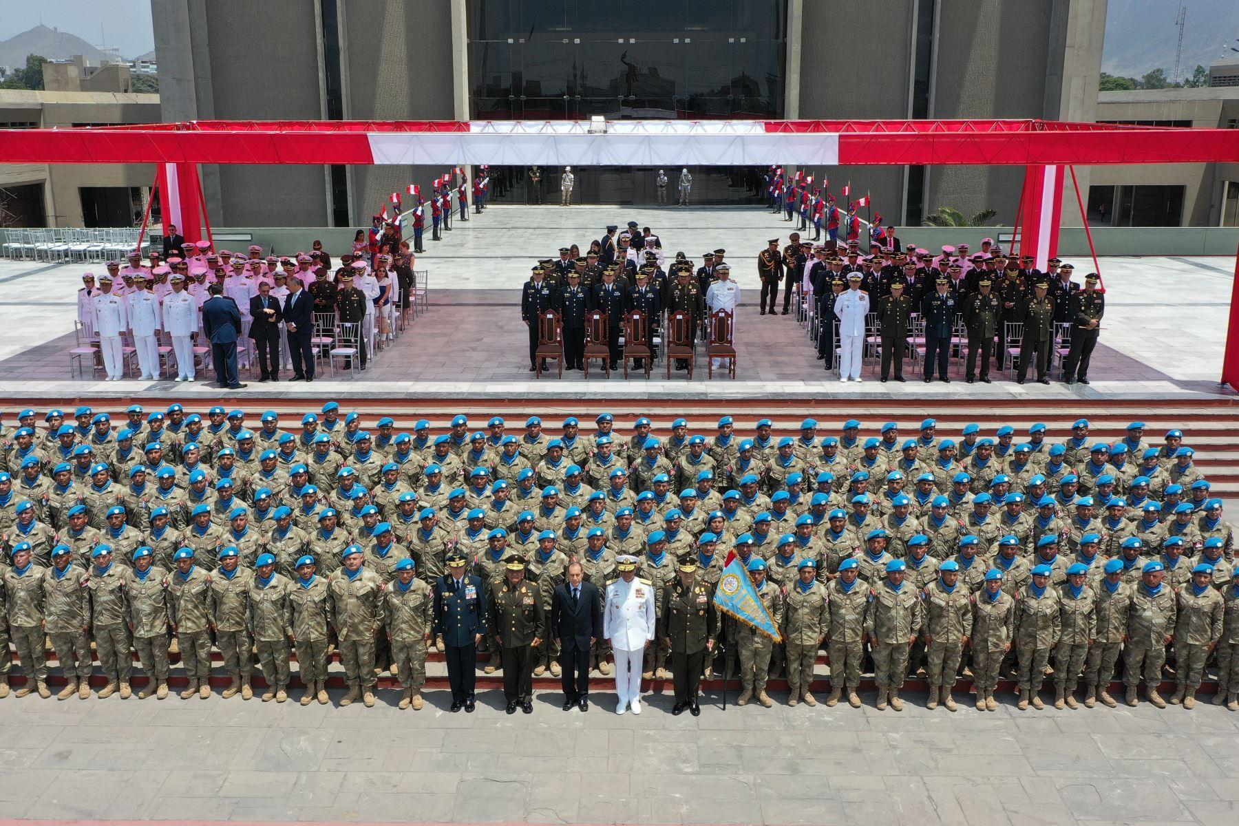 """Ministro de Defensa, Walter Martos, preside la ceremonia de despedida de la Compañía de Ingeniería Perú """" Cascos azules"""", que partirá a la República Centroafricana en misión de paz. Foto: Difusión Mindef"""