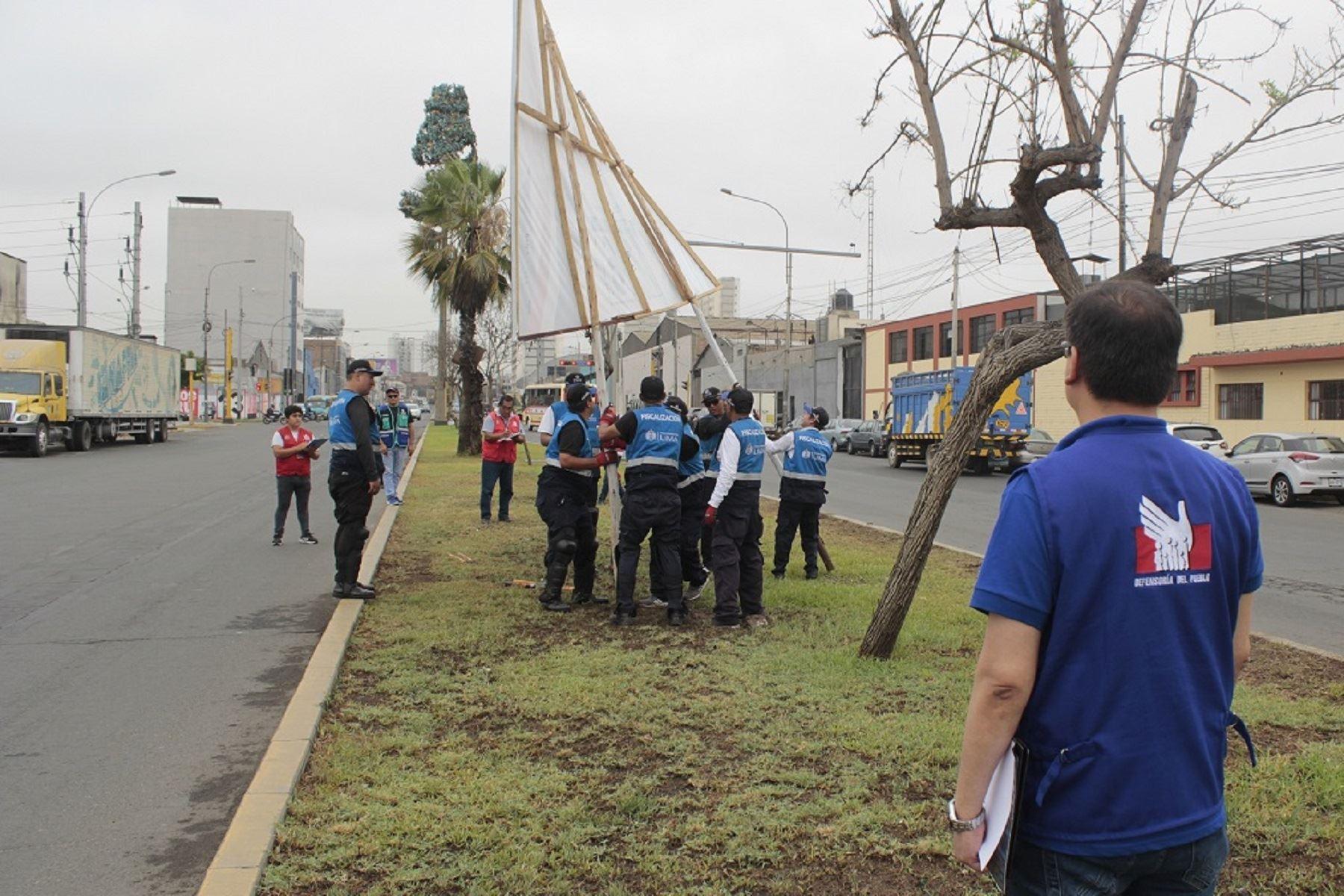 Defensoría participa en retiro de propaganda política en lugares prohibidos. Foto: Difusión.