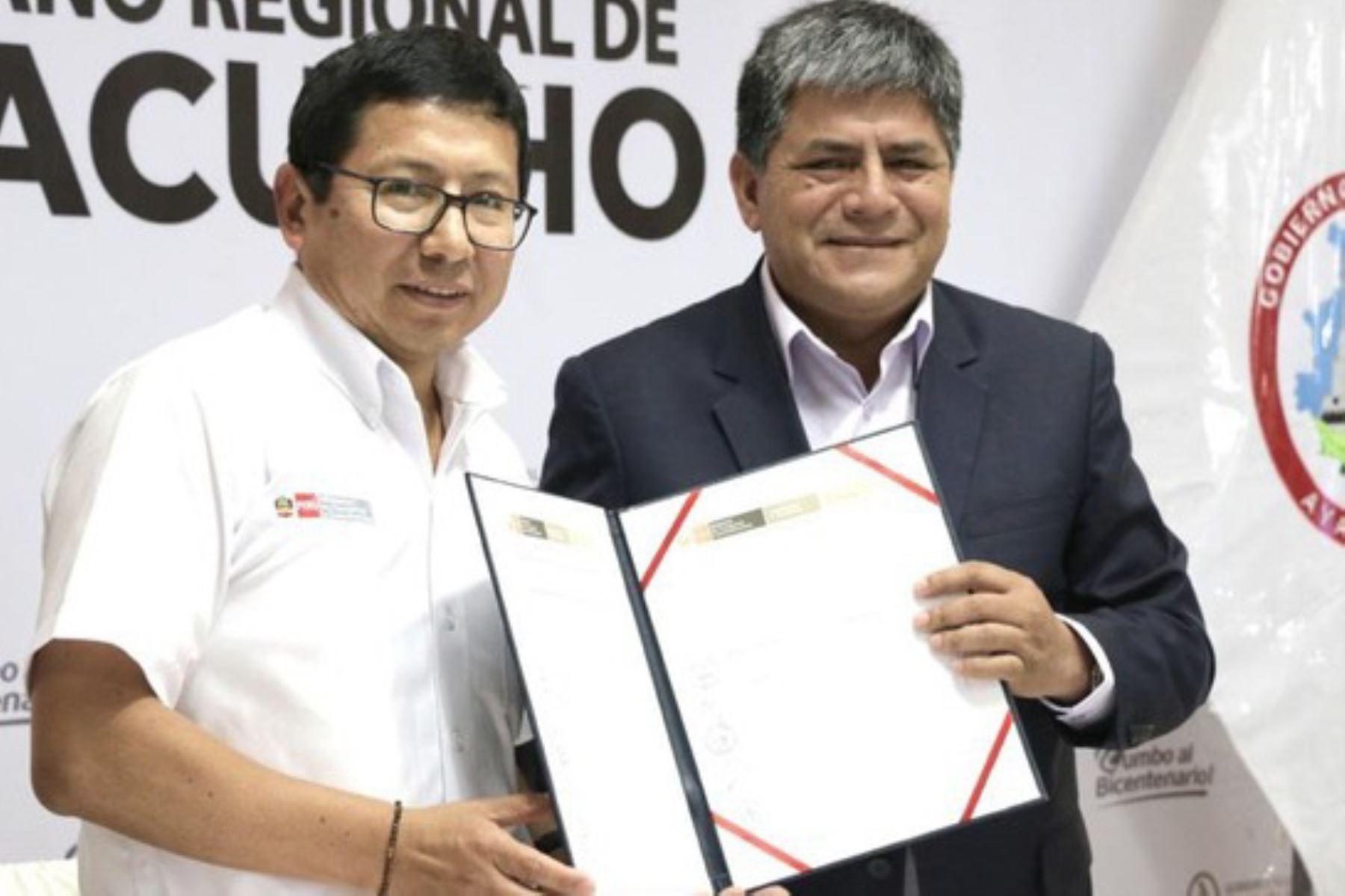 El ministro de Transportes y Comunicaciones (MTC), Edmer Trujillo, se reunió con el gobernador regional de Ayacucho, Carlos Rúa, y anunció que su sector ha destinado 268 millones de soles para diversos proyectos de inversión y mantenimiento de infraestructura vial en ese departamento.