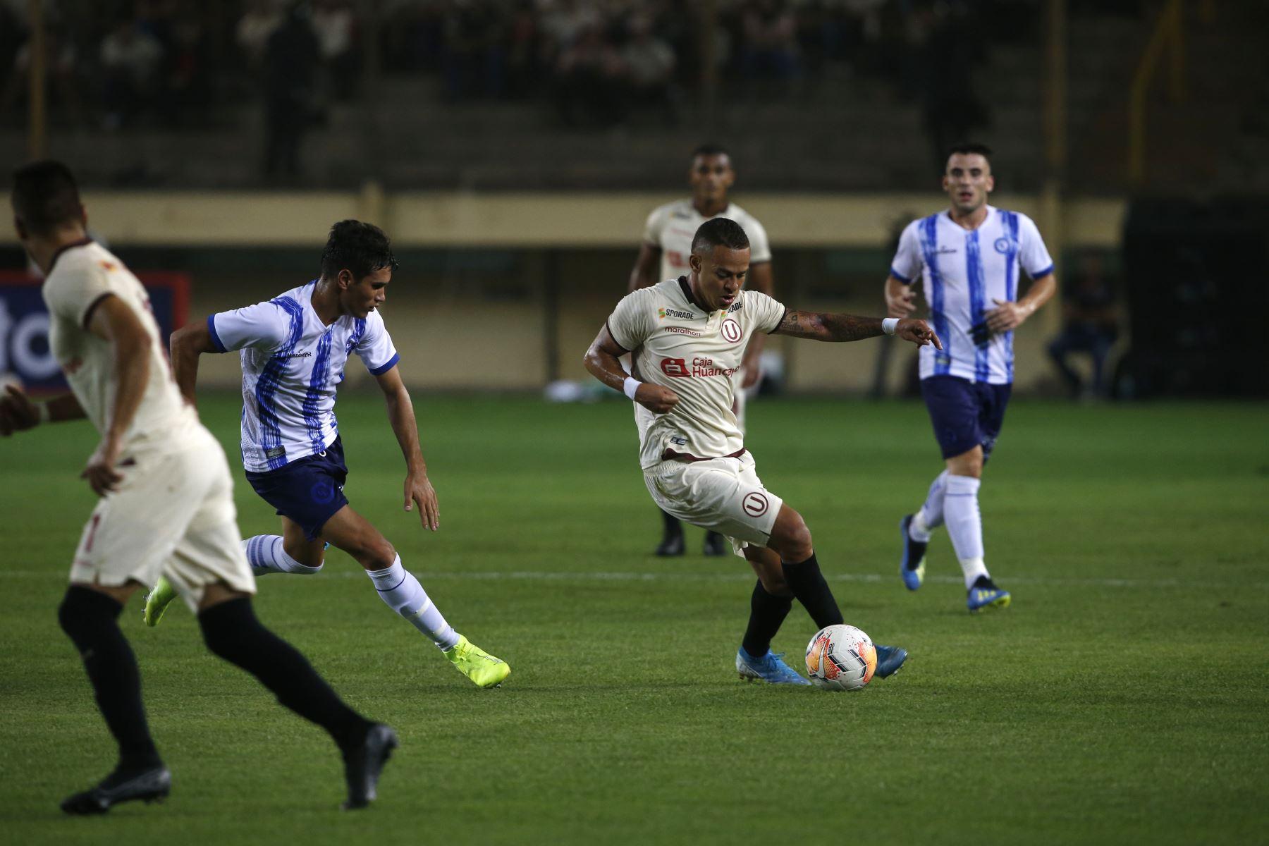 Universitario de Deportes presentó su plantel de jugadores para este año  2020 en la 'Noche Crema' en el cual enfrentó al conjunto Cerro Largo de Uruguay. Foto: ANDINA/Eddy Ramos