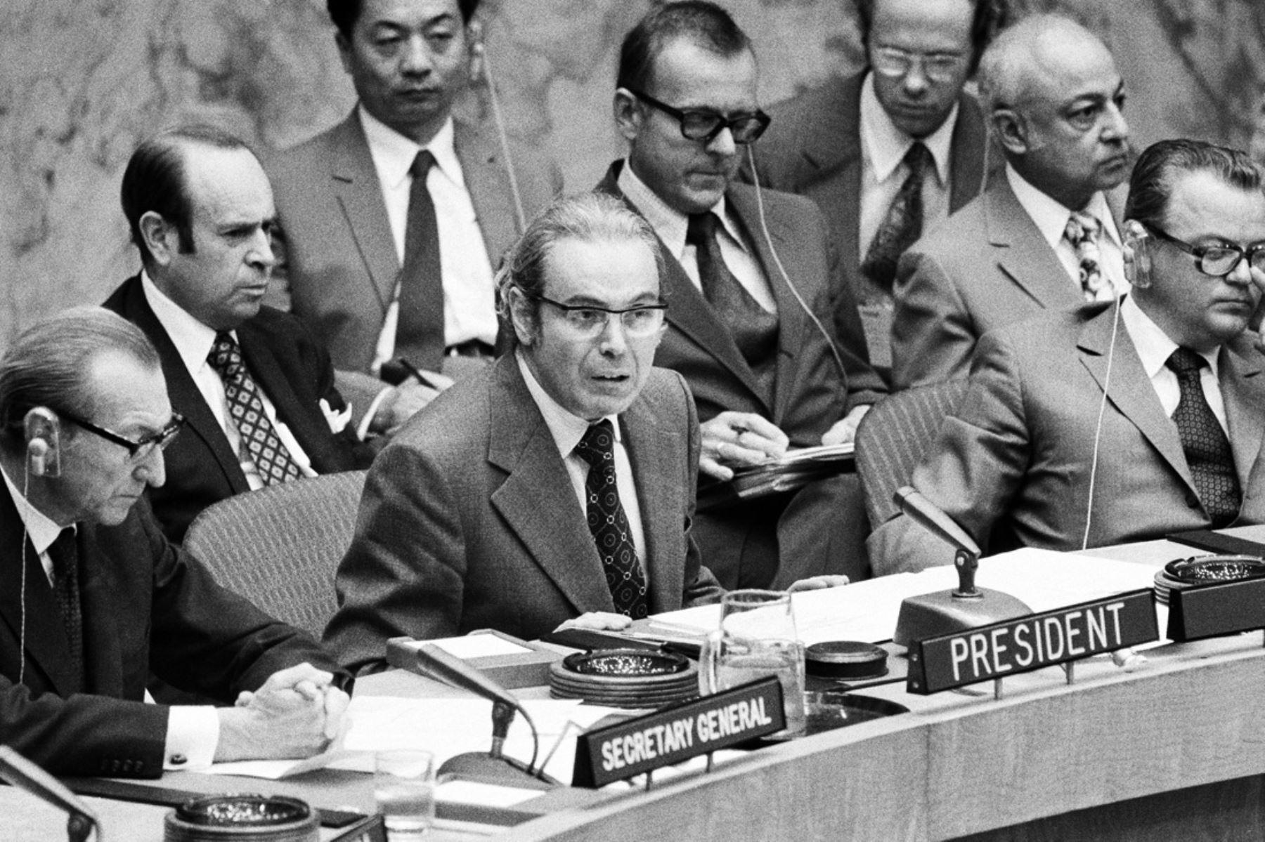 Naciones Unidas, Nueva York - 20 julio 1974 / El representante permanente del Perú ante las Naciones Unidas, embajador Javier Pérez  de Cuéllar, Presidente del Consejo del Consejo de Seguridad, que examinó por primera vez la situación de Chipre tras el golpe de estado organizado por las fuerzas rebeldes . Foto: Naciones Unidas