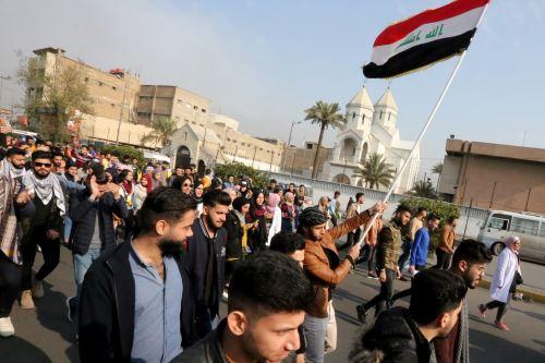 Los manifestantes iraquíes antigubernamentales marchan con banderas nacionales mientras se reúnen para protestar en la plaza Tayaran, cerca de la plaza Tahrir en el centro de la capital, Bagdad. Foto: AFP