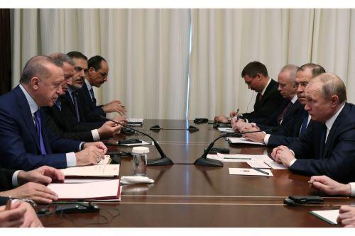 El presidente turco, Recep Tayyip Erdogan, y el presidente ruso, Vladimir Putin, y sus delegaciones se reúnen en la Conferencia de Berlín para buscar la paz de Libia. Foto: AFP