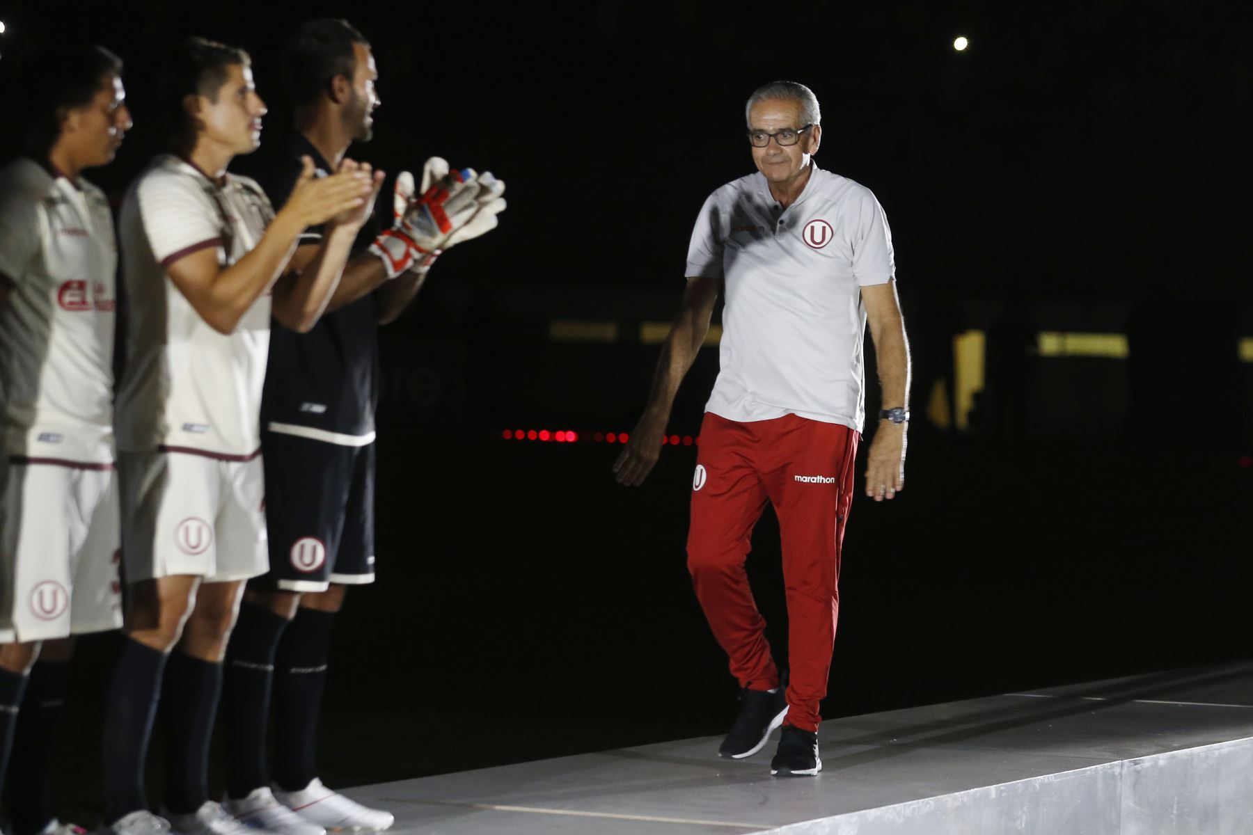 El club Universitario de Deportes presentó a su plantel de jugadores para este año y su entrenador, Gregorio Pérez, en la 'Noche Crema' en el cual enfrentá al conjunto Cerro Largo de Uruguay. .Foto: ANDINA/Eddy Ramos