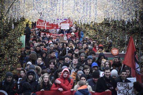Activistas de la oposición de diversas tendencias marcharon en el centro de Moscú después de que el presidente Vladimir Putin propusiera volver a redactar la Constitución. Foto: AFP