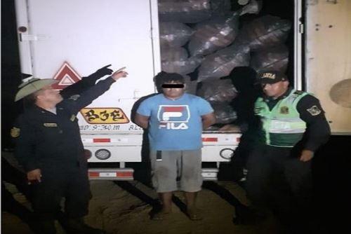 Durante el,operativo se intervino a Manuel Antonio Santamaría Cobeñas (28), Wilder Salazar Eugenio (27), y Lender Laboriano Cerna (21), quienes trasladaban 864, 95 sacos con carbón vegetal de la especie forestal Algarrobo.