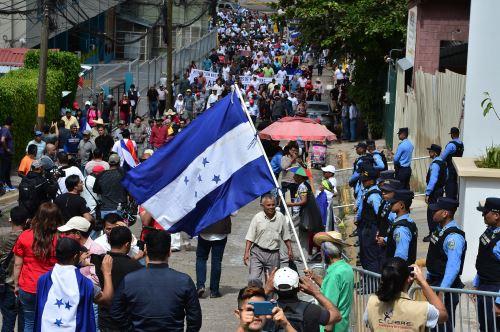 Hondureños marcharon este domingo en Tegucigalpa para pedir la continuidad de la misión anticorrupción de la OEA. Foto: AFP