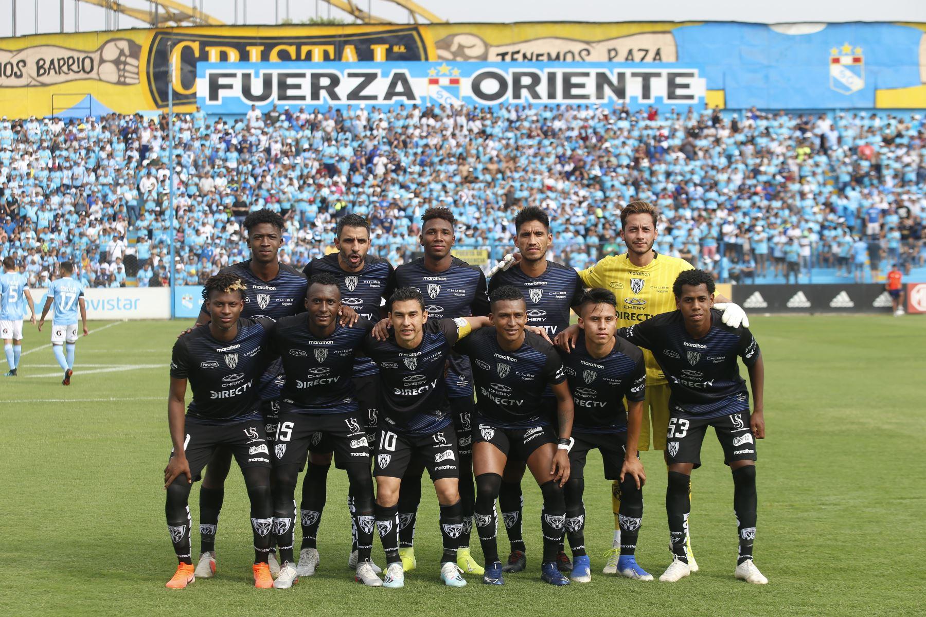 """Cristal presenta su plantel en el día de la """"Raza celeste"""". Foto: ANDINA/Eddy Ramos"""