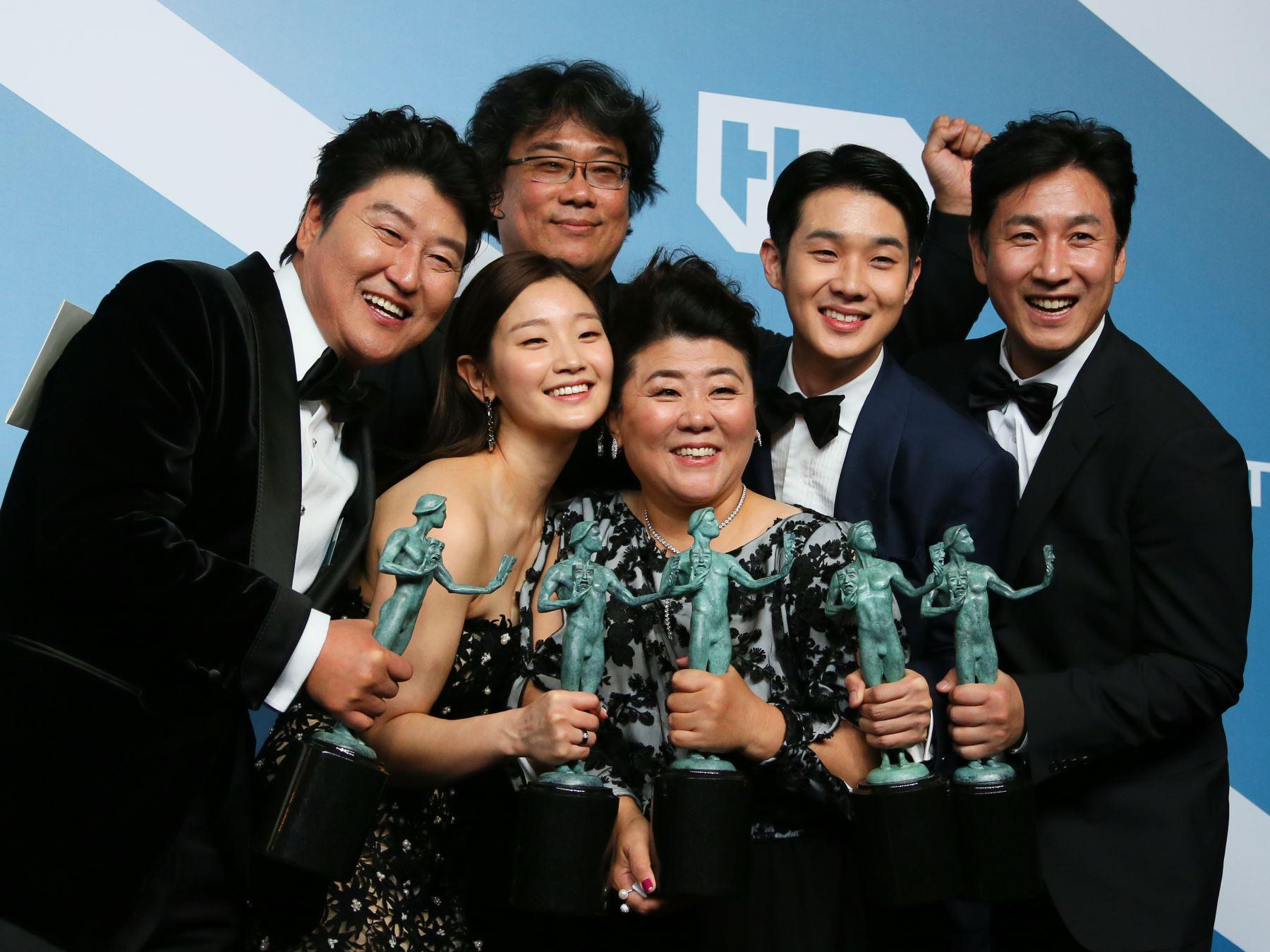 """El elenco de """"Parasite"""" (KR) Song Kang-ho, Cho Yeo-jeong, el director Bong Joon-ho, Lee Jung-eun, Choi Woo-shik y Lee Sun-kyun posan con el trofeo para la actuación sobresaliente de un elenco en un Película  durante la 26a. Entrega Anual de los Premios del Sindicato de Actores en el Auditorio Shrine de Los Ángeles. Foto: AFP"""