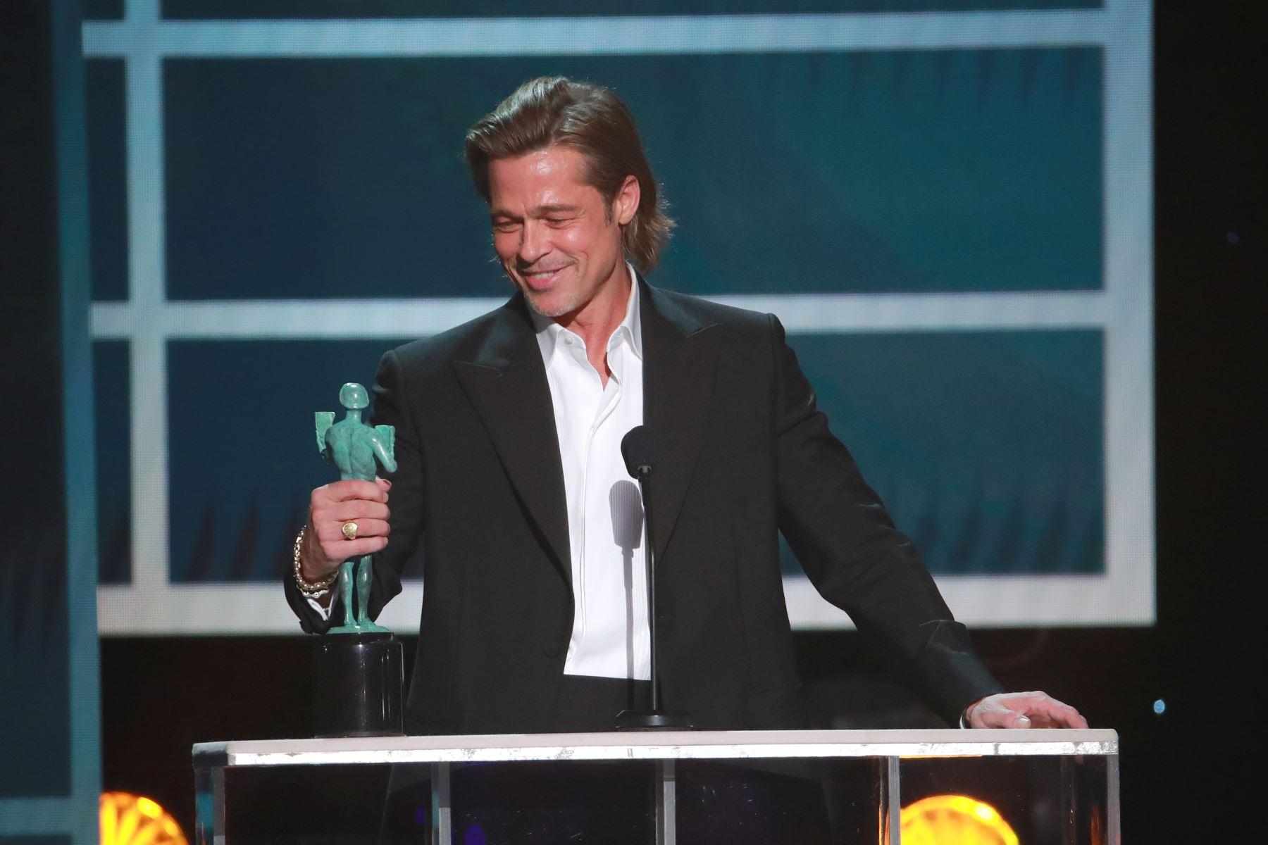 El actor estadounidense Brad Pitt acepta los premios al mejor actor masculino en un papel secundario durante la 26ª entrega anual de los premios Screen Actors Guild Awards en el Shrine Auditorium de Los Ángeles. AFP