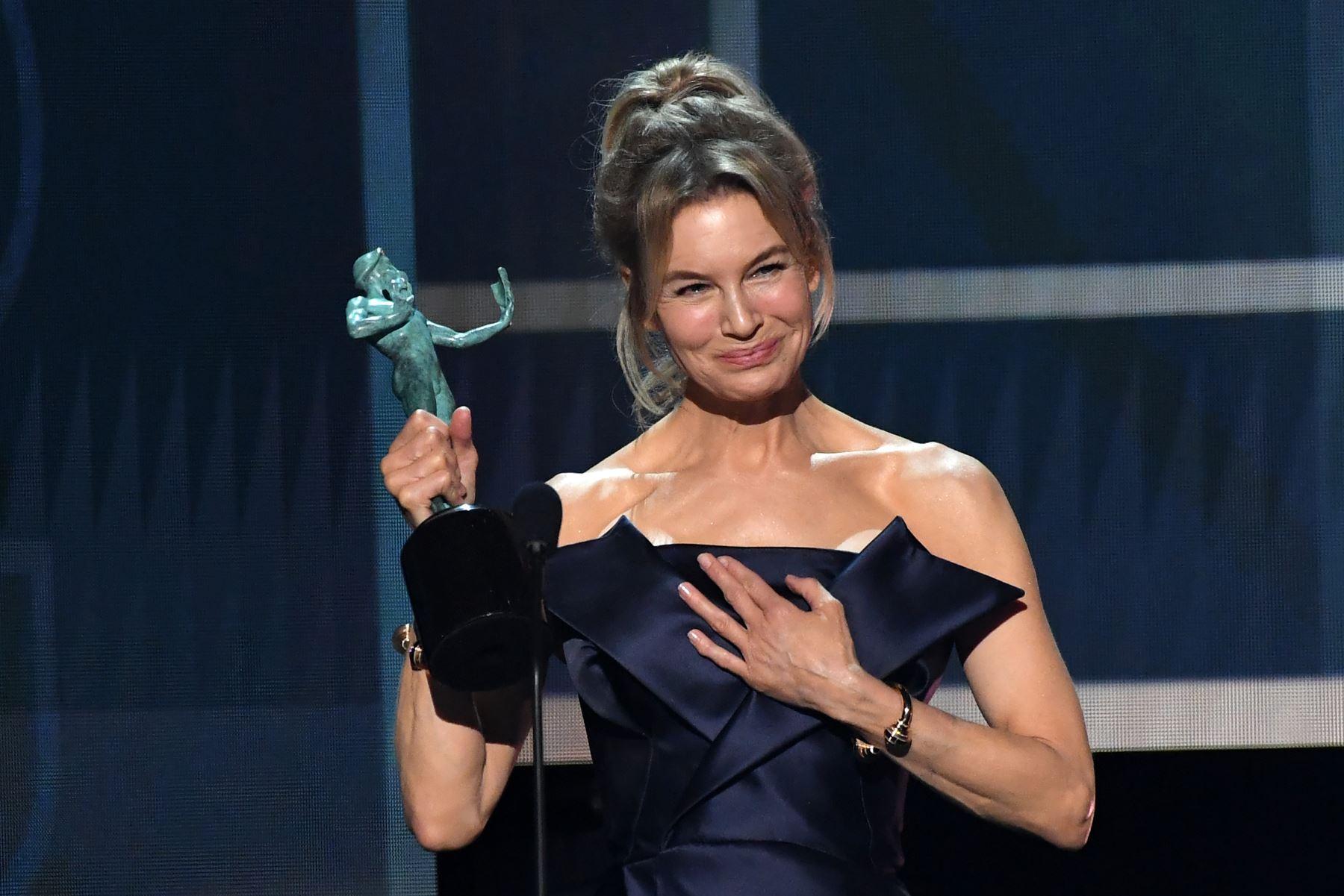 Renee Zellweger acepta el premio a la actuación sobresaliente de una actriz femenina en un papel protagónico durante la 26a entrega anual de los premios Screen Actors Guild Awards. AFP