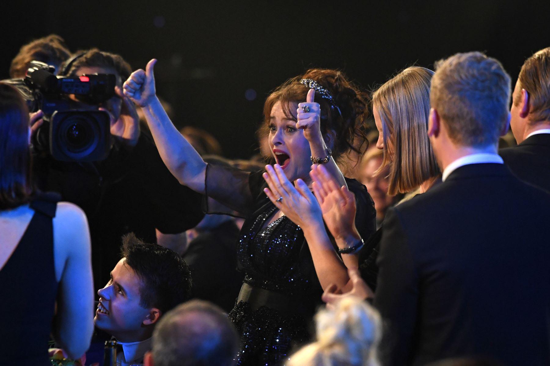 La actriz británica Helena Bonham Carter celebra haber ganado el premio a la Mejor Actuación de un Conjunto en una Serie de Drama durante la 26a edición anual de los Premios Screen Actors Guild Awards. AFP