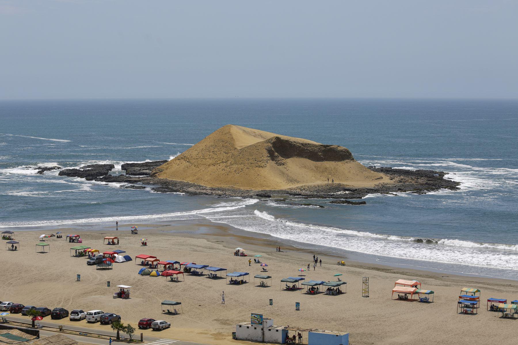 Playa la Isla, ubicada en el kilómetro 189 de la Panamericana Norte, distrito de Supe, es la playa más destacada de Barranca.Foto: ANDINA/Renato Pajuelo